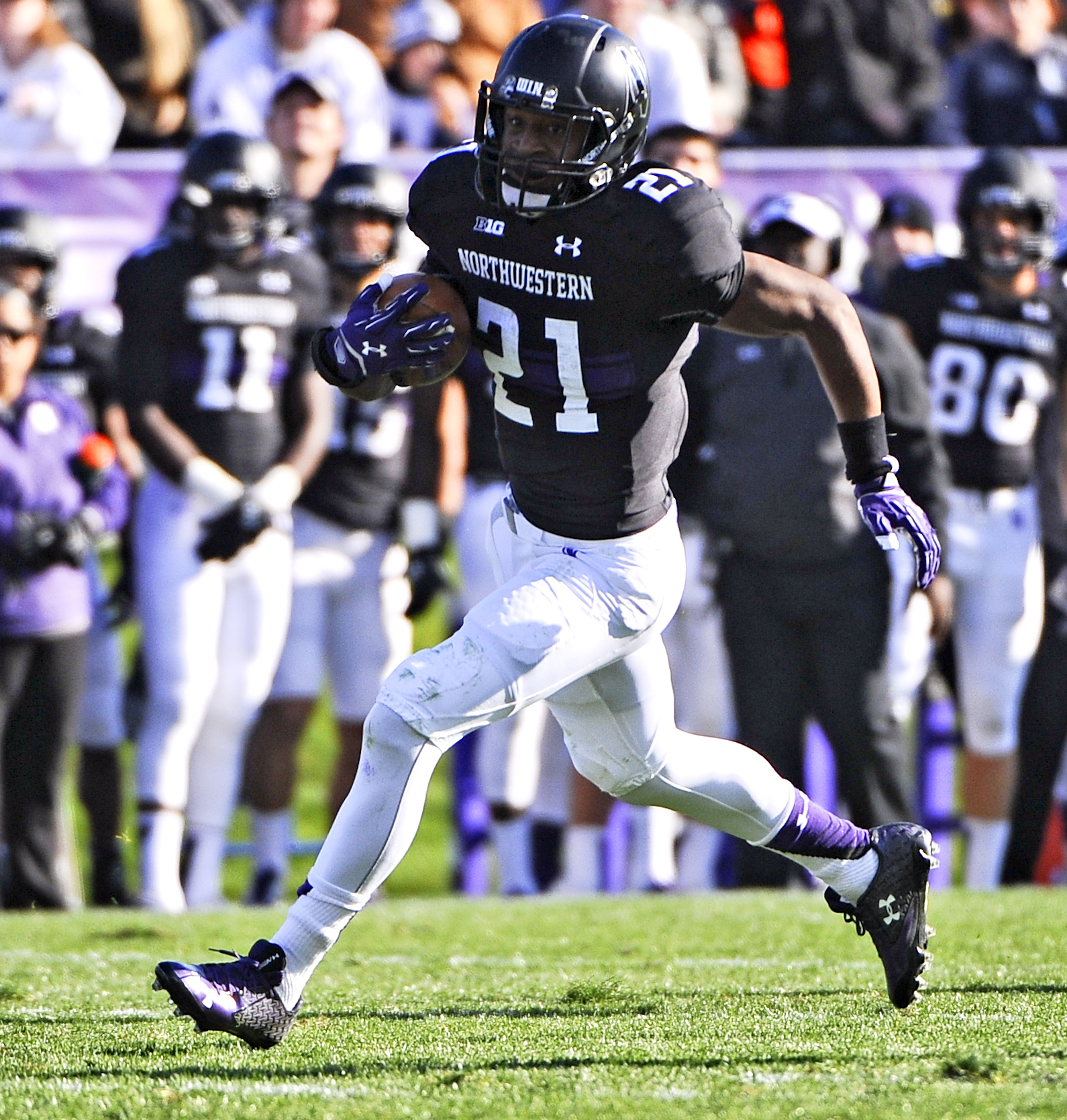 Northwestern running back Justin Jackson (21) runs against Penn State during the second half of an NCAA college football game in Evanston, Ill.,  Saturday, Nov. 7, 2015. (AP Photo/Matt Marton)