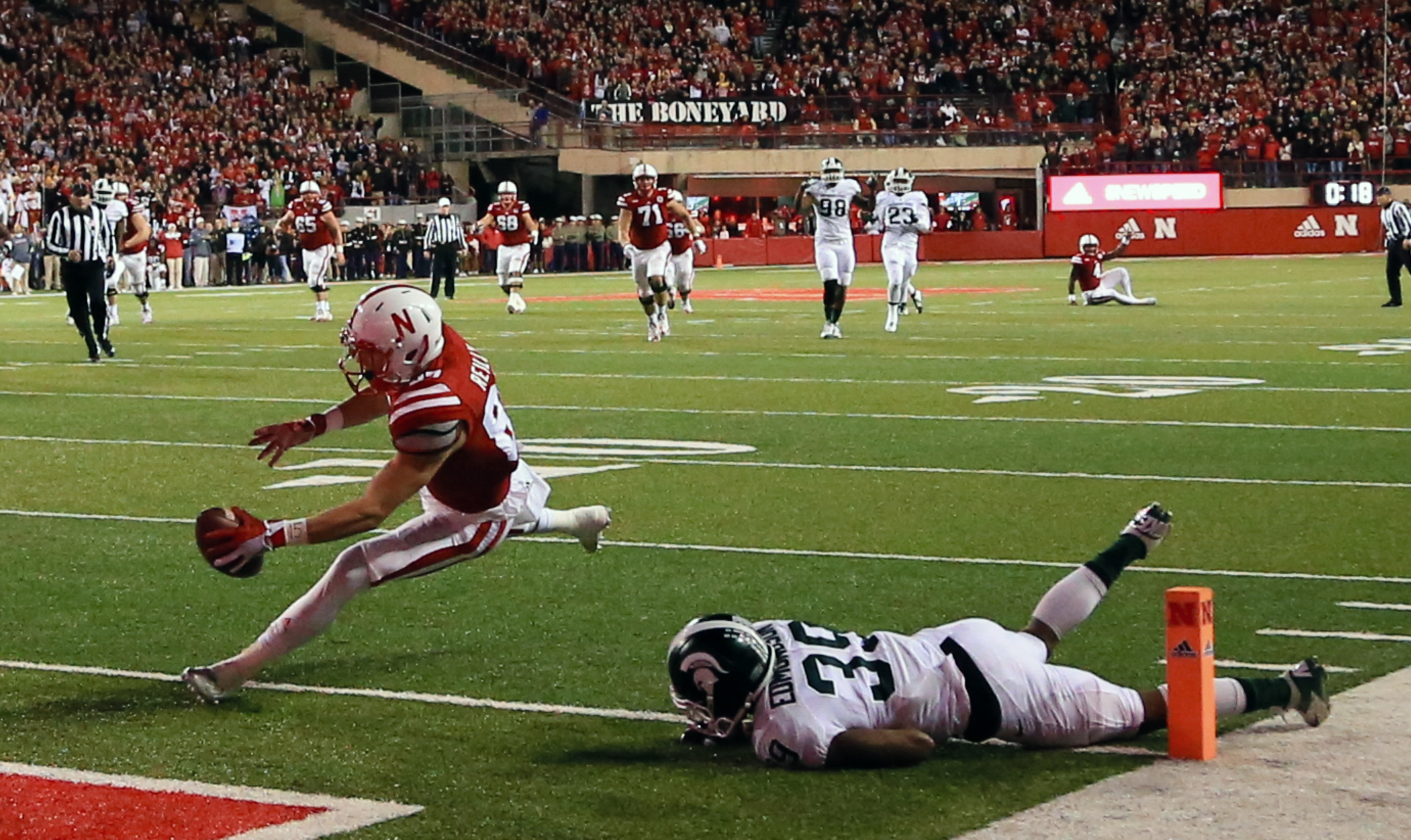 Nebraska wide receiver Brandon Reilly (87) scores a touchdown against Michigan State cornerback Jermaine Edmondson (39) during the second half of an NCAA college football game in Lincoln, Neb., Saturday, Nov. 7, 2015. Nebraska won 39-38. (AP Photo/Nati Ha