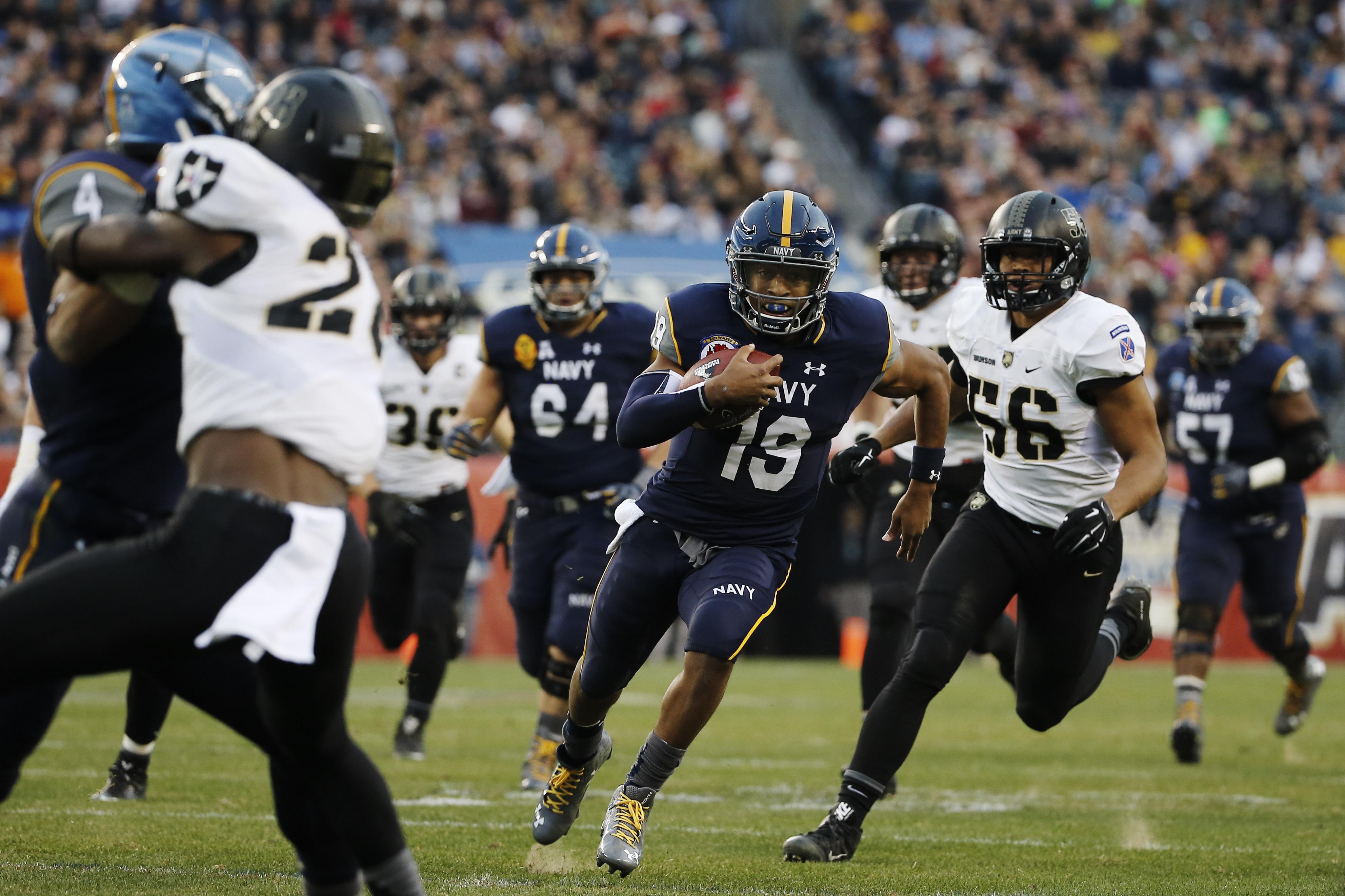 Navy quarterback Keenan Reynolds (19) rushes during an NCAA college football game against Army Saturday, Dec. 12, 2015, in Philadelphia. (AP Photo/Matt Slocum)