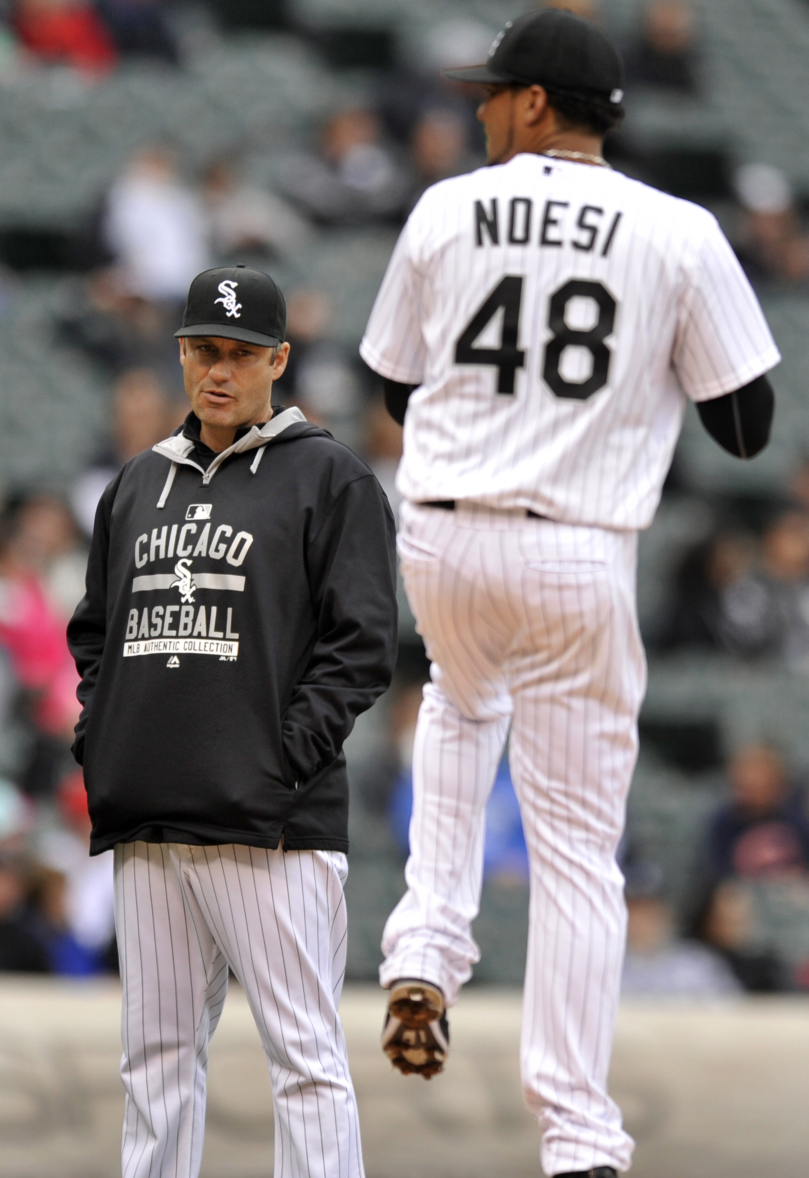 Chicago White Sox manager Robin Ventura watches starting pitcher Hector Noesi after Noesi was hit by a line drive by Cincinnati Reds' Billy Hamilton during the second inning of the first game of a baseball doubleheader Saturday, May 9, 2015, in Chicago. N