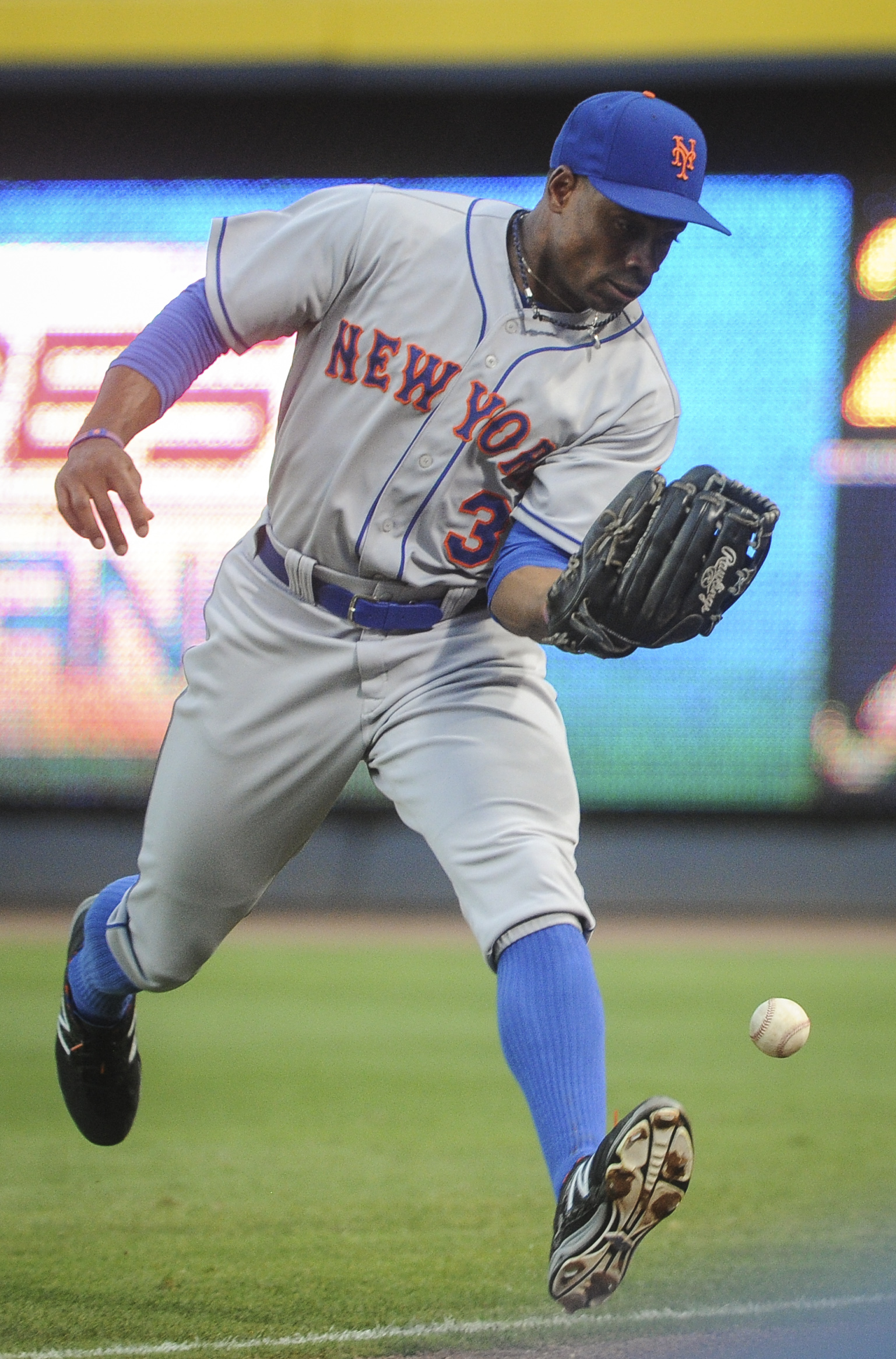 New York Mets right fielder Curtis Granderson lets a ball off the bat of Atlanta Braves' Chris Johnson hit the ground to allow a double during the fourth inning of a baseball game, Friday, June 19, 2015, in Atlanta. (AP Photo/John Amis )