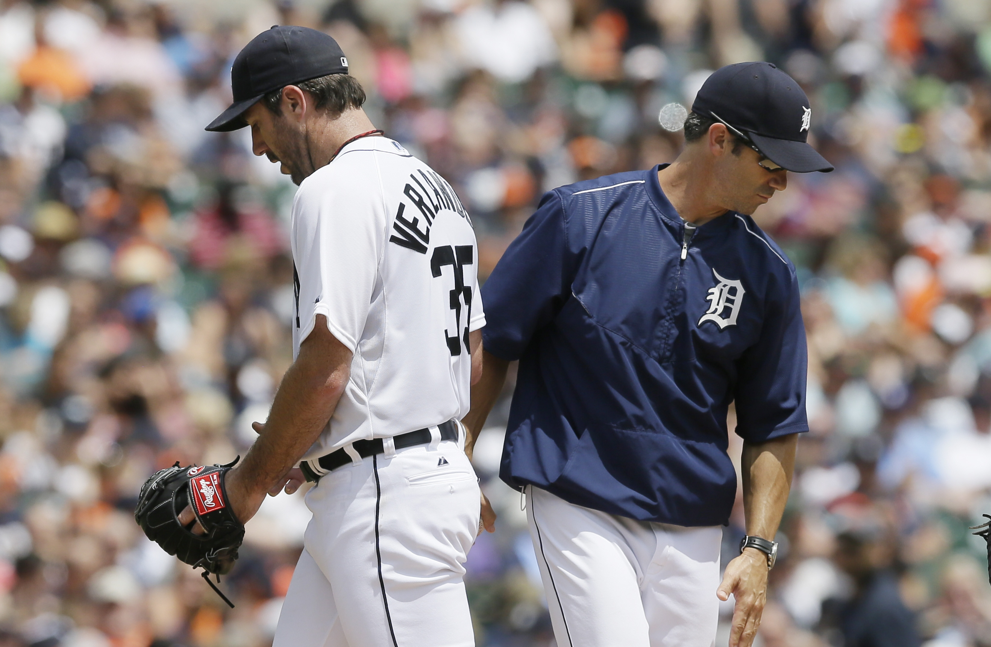Detroit Tigers starting pitcher Justin Verlander, left, is relieved by manager Brad Ausmus during the fourth inning of a baseball game against the Baltimore Orioles, Sunday, July 19, 2015, in Detroit. (AP Photo/Carlos Osorio)