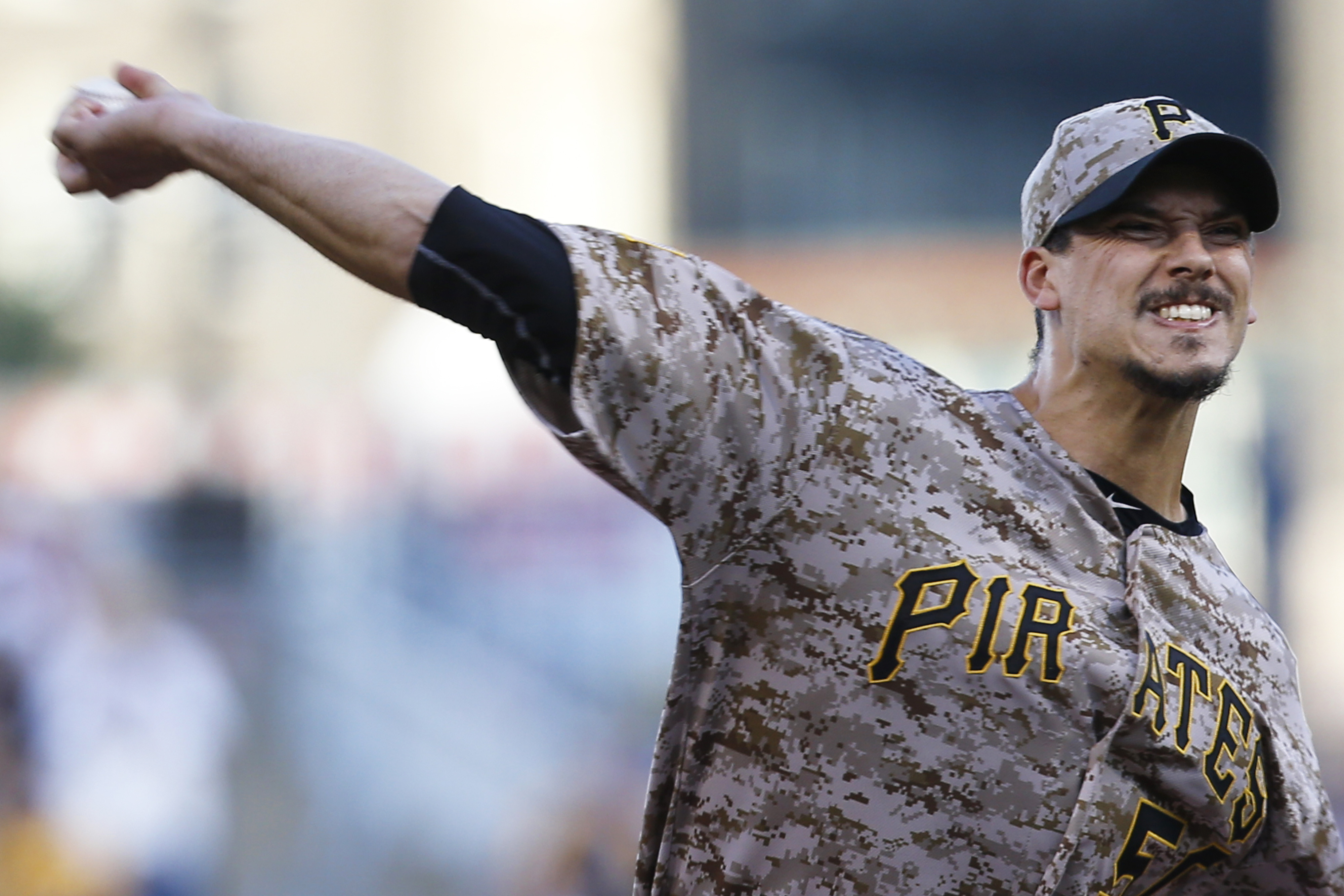 Pittsburgh starting pitcher Charlie Morton throws against the San Francisco during the first inning of a baseball game, Thursday, Aug. 20, 2015, in Pittsburgh. (AP Photo/Keith Srakocic)