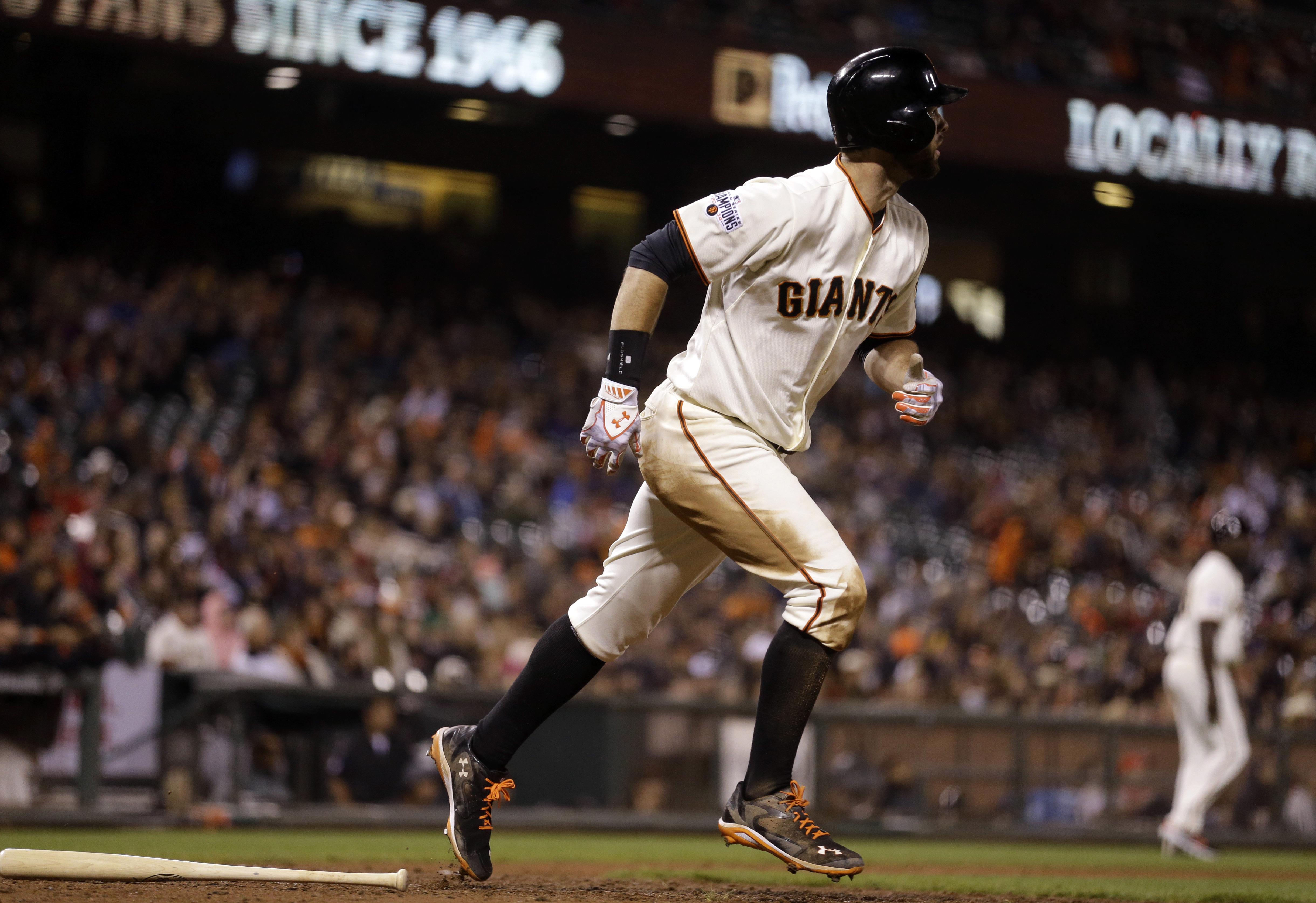 San Francisco Giants' Brandon Belt runs after hitting an RBI sacrifice fly against the Cincinnati Reds in the eighth inning of a baseball game Monday, Sept. 14, 2015, in San Francisco. (AP Photo/Ben Margot)