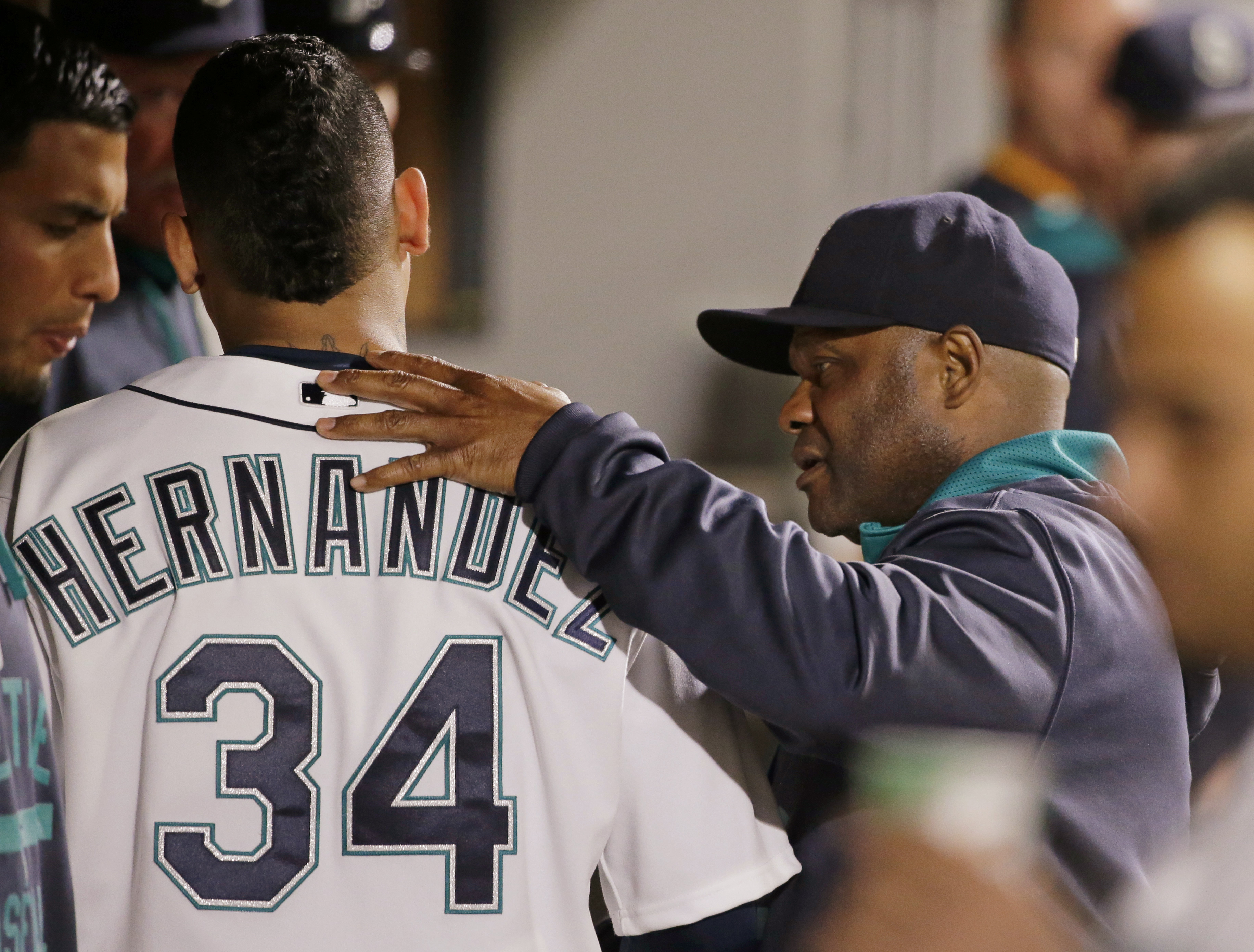 Seattle Mariners manager Lloyd McClendon, right, tells starting pitcher Felix Hernandez that he's pulling him from the baseball game against the Los Angeles Angels following the seventh inning, Tuesday, Sept. 15, 2015, in Seattle. (AP Photo/Ted S. Warren)