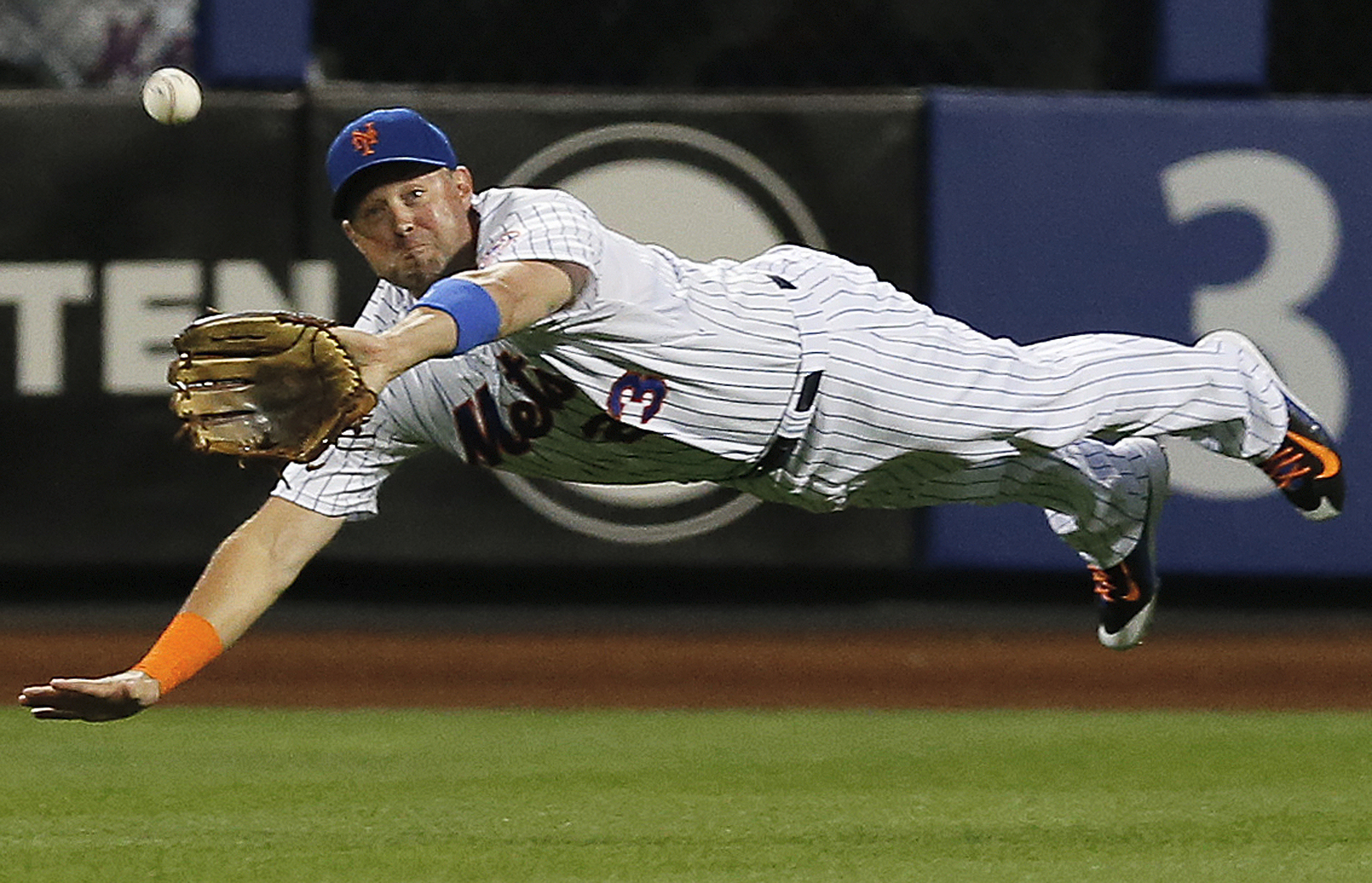 New York Mets right fielder Michael Cuddyer makes a leaping catch of a line drive by Miami Marlins' Martin Prado during the first inning of a baseball game in New York, Wednesday, Sept. 16, 2015.  (AP Photo/Kathy Willens)