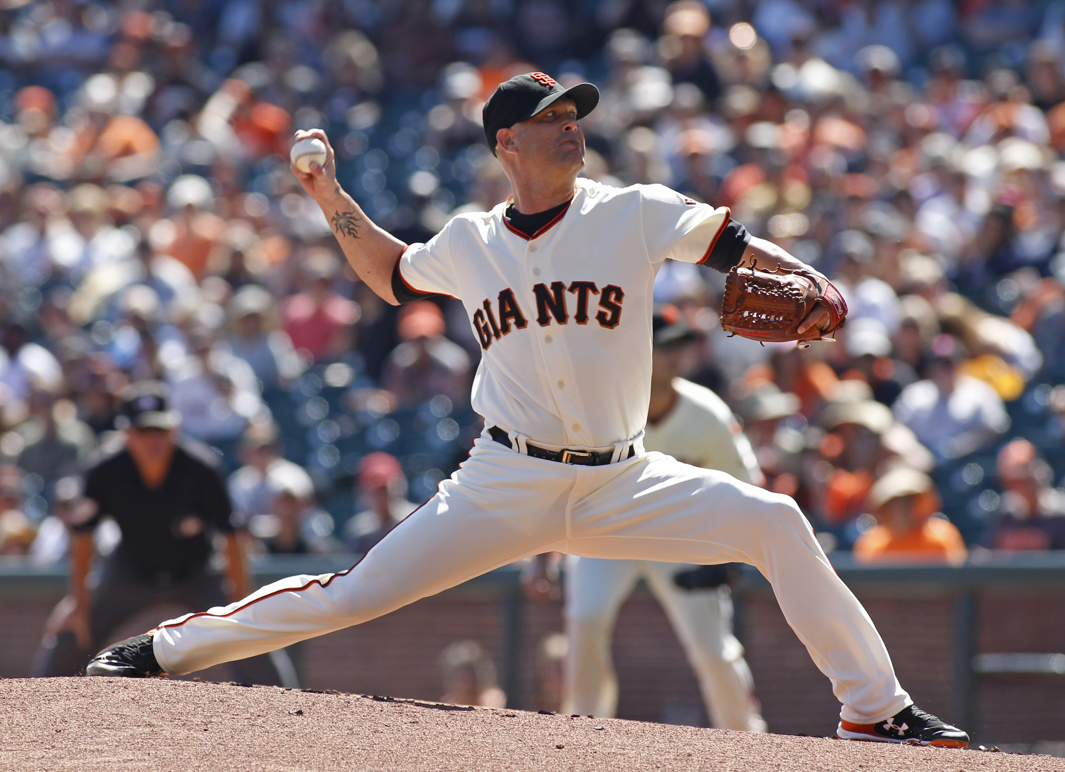 San Francisco Giants pitcher Tim Hudson throws to the Arizona Diamondbacks during the first inning of a baseball game, Sunday, Sept. 20, 2015, in San Francisco. (AP Photo/George Nikitin)
