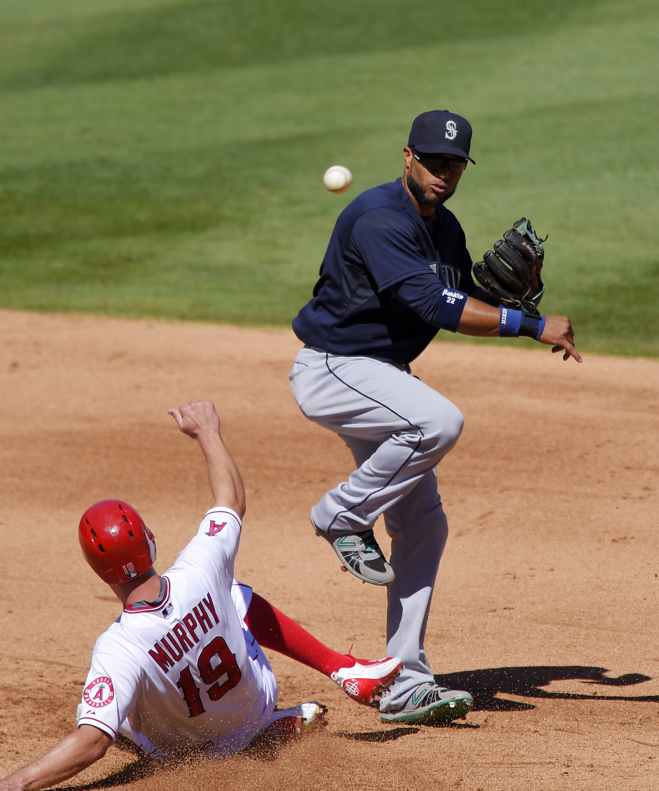 Los Angeles Angels' David Murphy, left, is forced out at second as Seattle Mariners second baseman Robinson Cano, right, throws out Angels' C.J. Cron at first during the fourth inning of a baseball game, Sunday, Sept. 27, 2015, in Anaheim, Calif. (AP Phot