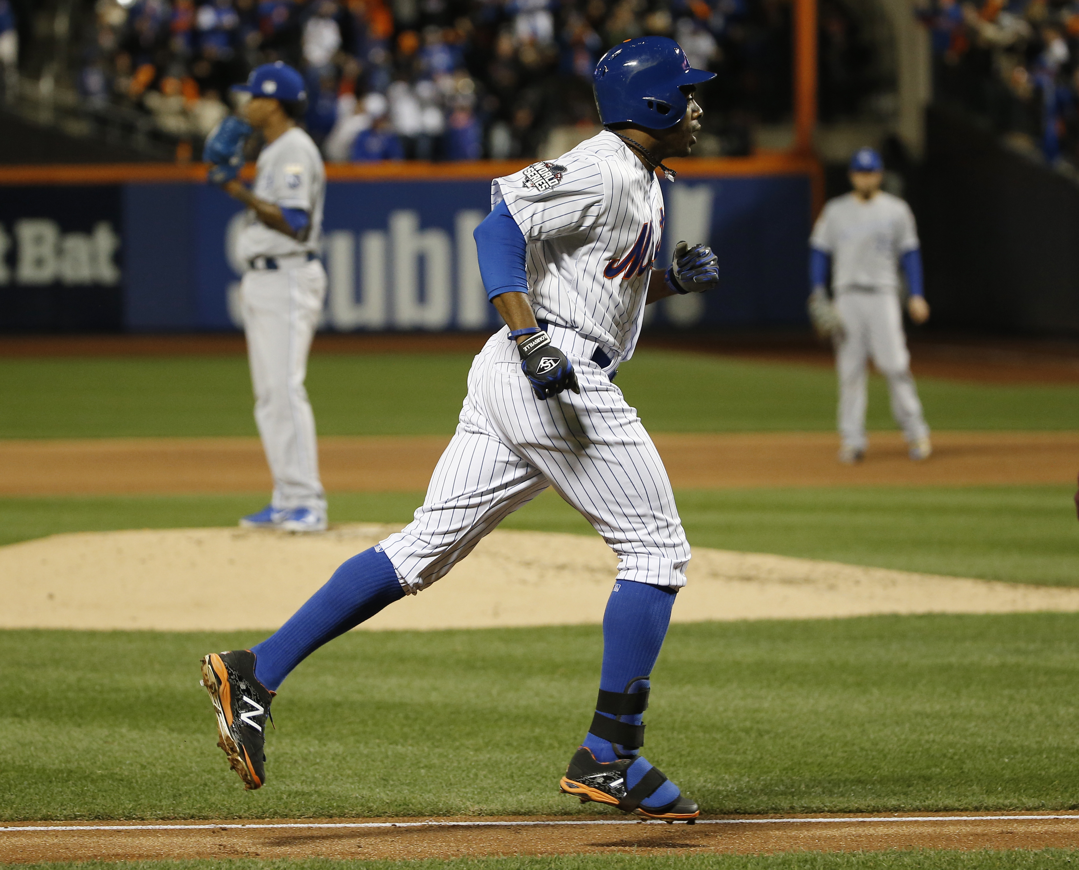 New York Mets' Curtis Granderson runs past Kansas City Royals pitcher Yordano Ventura after hitting a two run home run during the third inning of Game 3 of the Major League Baseball World Series Friday, Oct. 30, 2015, in New York. (AP Photo/Matt Slocum)