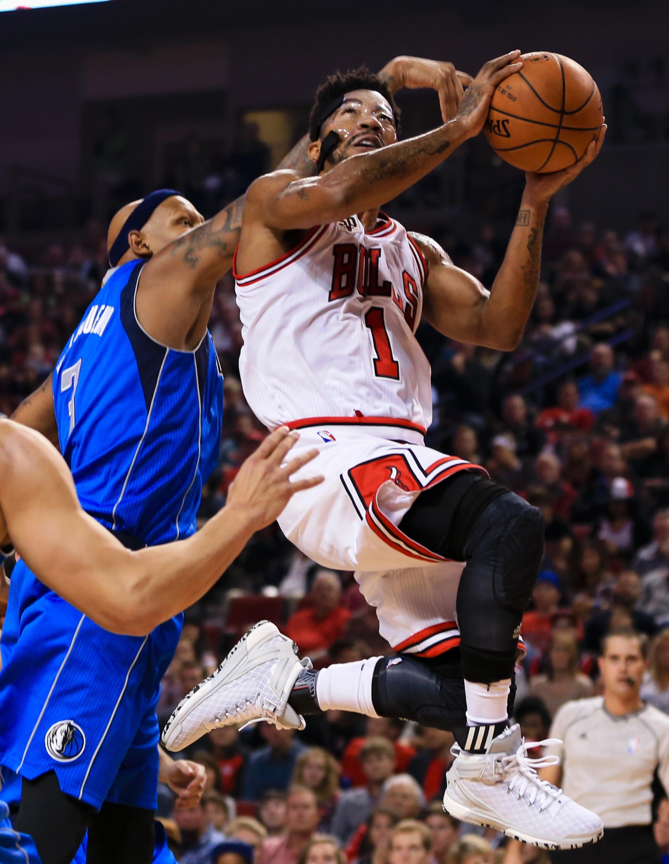 Chicago Bulls' Derrick Rose (1) goes for a layup against Dallas Mavericks' Charlie Villanueva (3) during the first half of an NBA preseason basketball game in Lincoln, Neb., Friday, Oct. 23, 2015. (AP Photo/Nati Harnik)