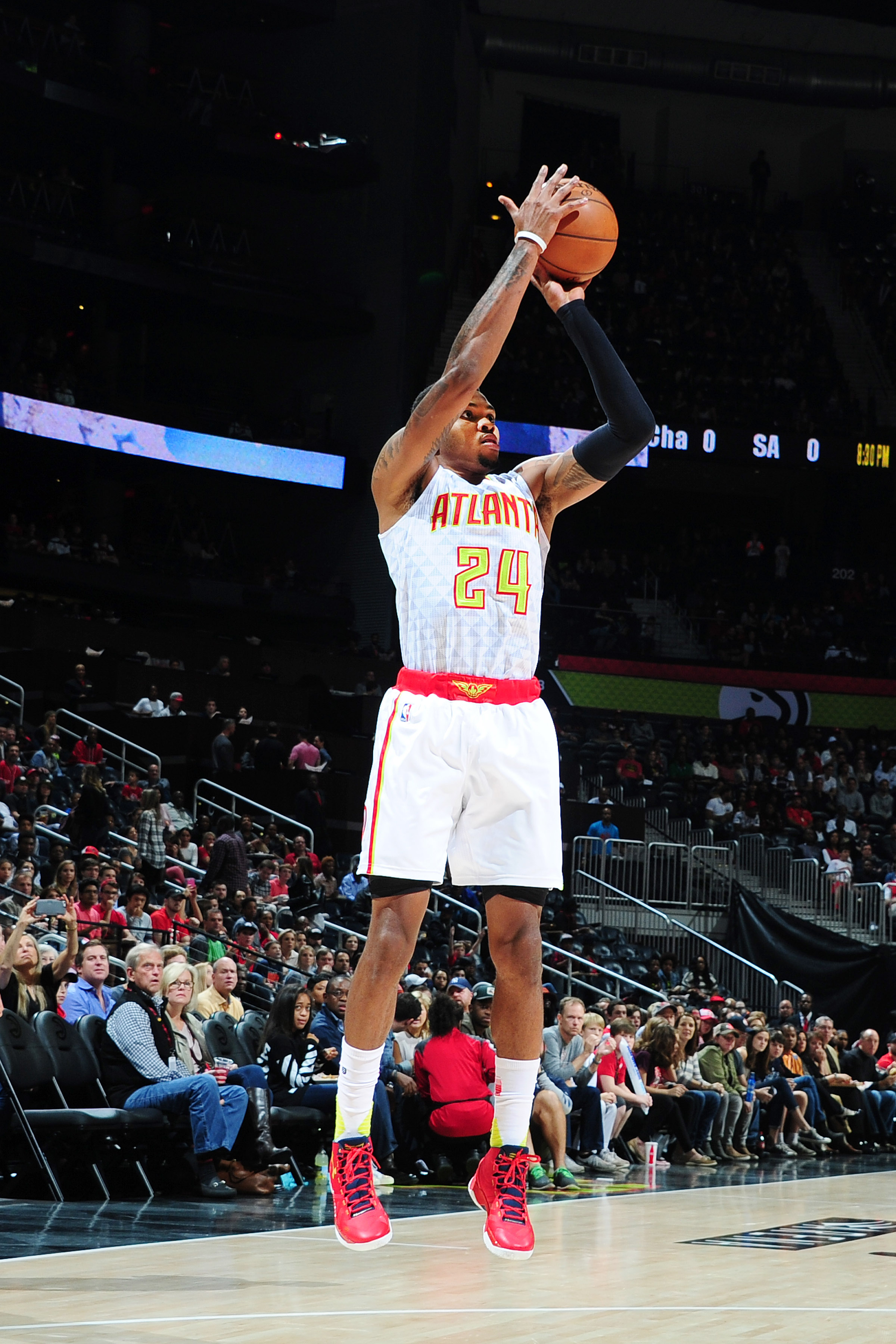 ATLANTA, GA - NOVEMBER 7: Kent Bazemore #24 of the Atlanta Hawks shoots the ball against the Washington Wizards during the game on November 7, 2015 at Philips Arena in Atlanta, Georgia.  (Photo by Scott Cunningham/NBAE via Getty Images)