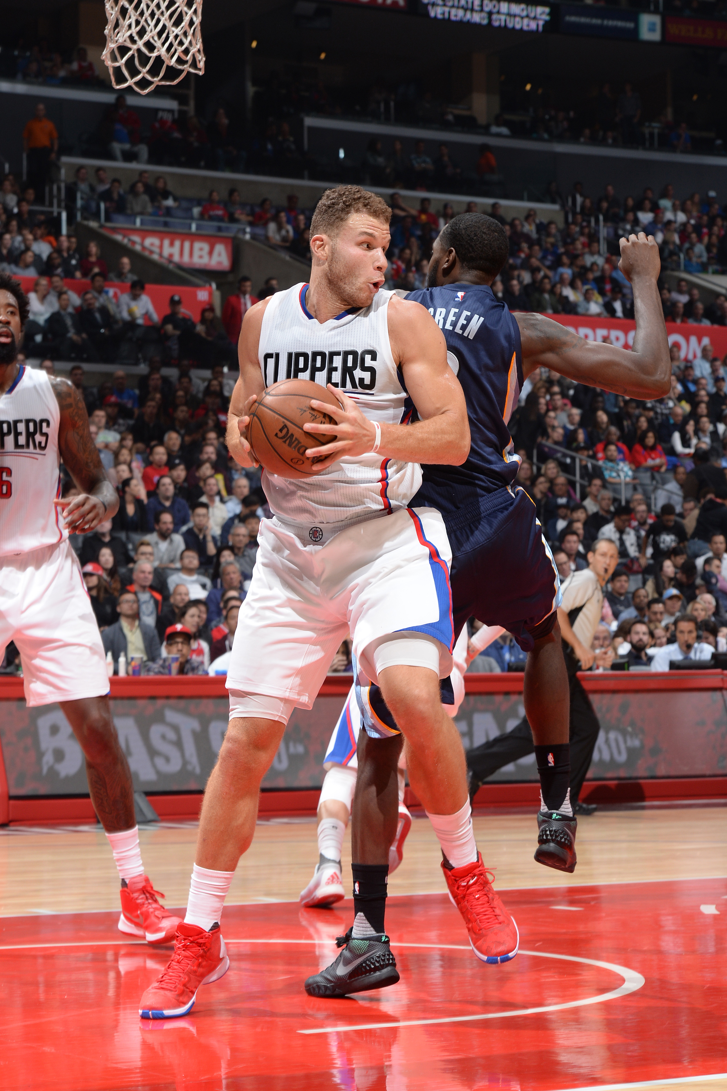 LOS ANGELES, CA - NOVEMBER 9:  Blake Griffin #32 of the Los Angeles Clippers grabs the rebound against the Memphis Grizzlies during the game on November 9, 2015 at STAPLES Center in Los Angeles, California. (Photo by Andrew D. Bernstein/NBAE via Getty Ima