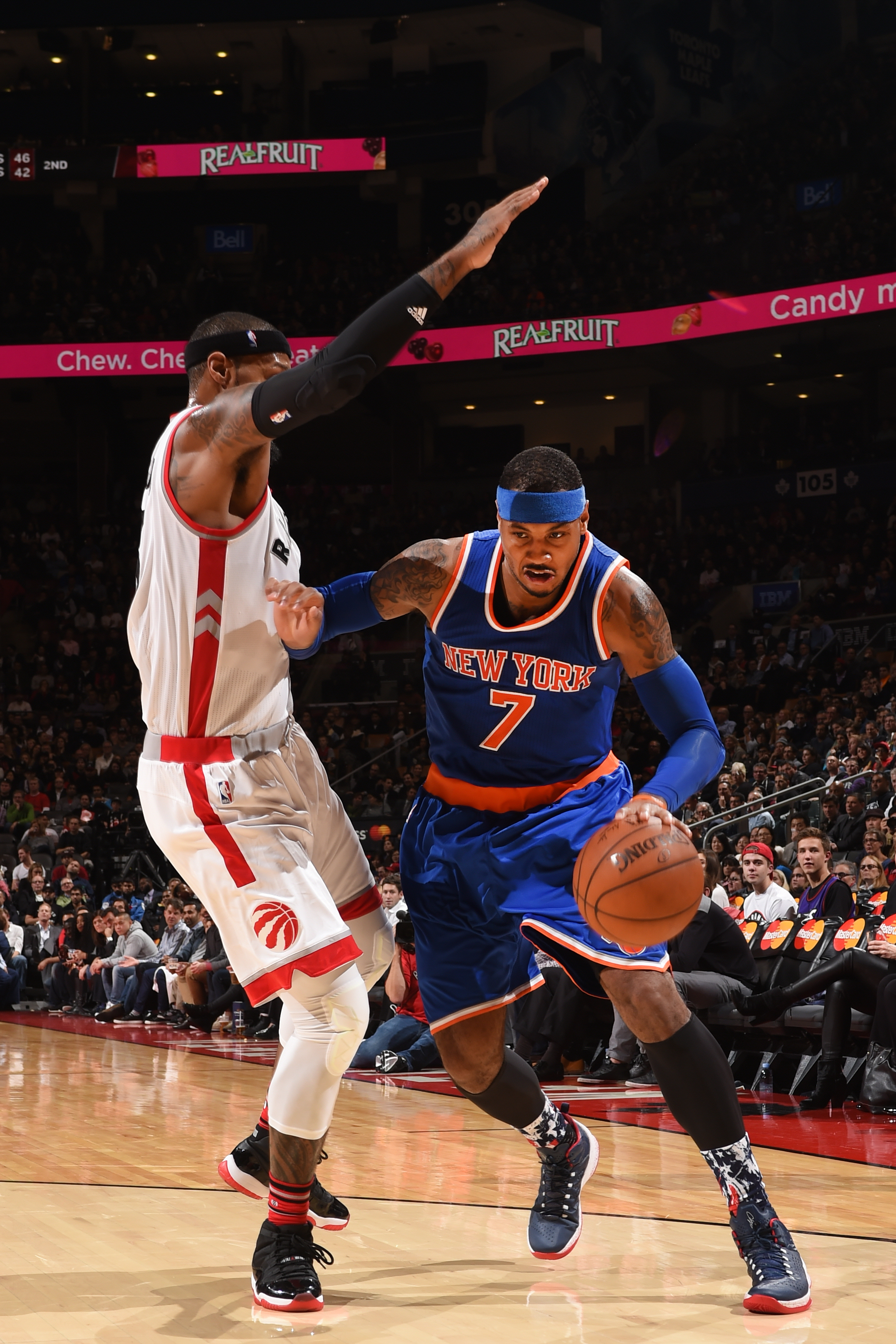 TORONTO, CA - NOVEMBER 10: Carmelo Anthony #7 of the New York Knicks drives to the basket against the Toronto Raptors during the game on November 10, 2015 at Air Canada Centre in Toronto, Canada. (Photo by Ron Turenne/NBAE via Getty Images)
