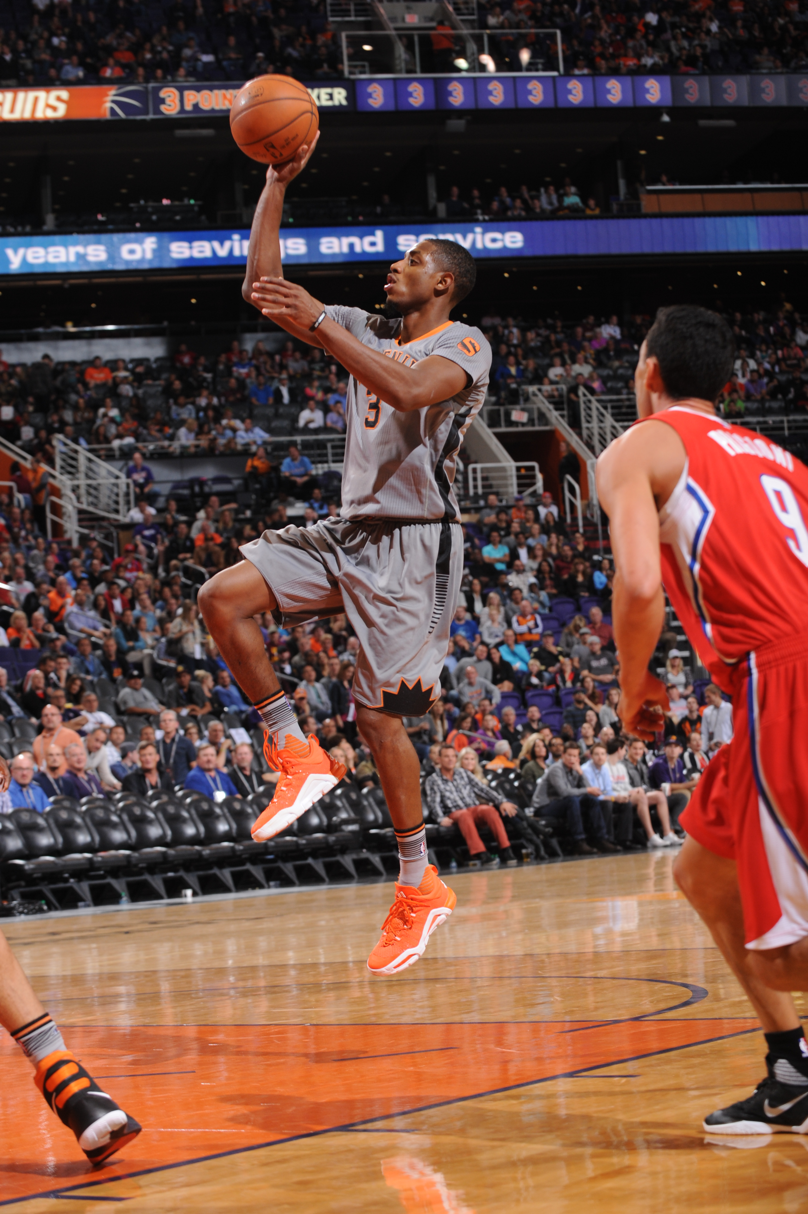 PHOENIX, AZ - NOVEMBER 12: Brandon Knight #3 of the Phoenix Suns drives for a shot against the Los Angeles Clippers on November 12, 2015, at Talking Stick Resort Arena in Phoenix, Arizona. (Photo by Barry Gossage/NBAE via Getty Images)