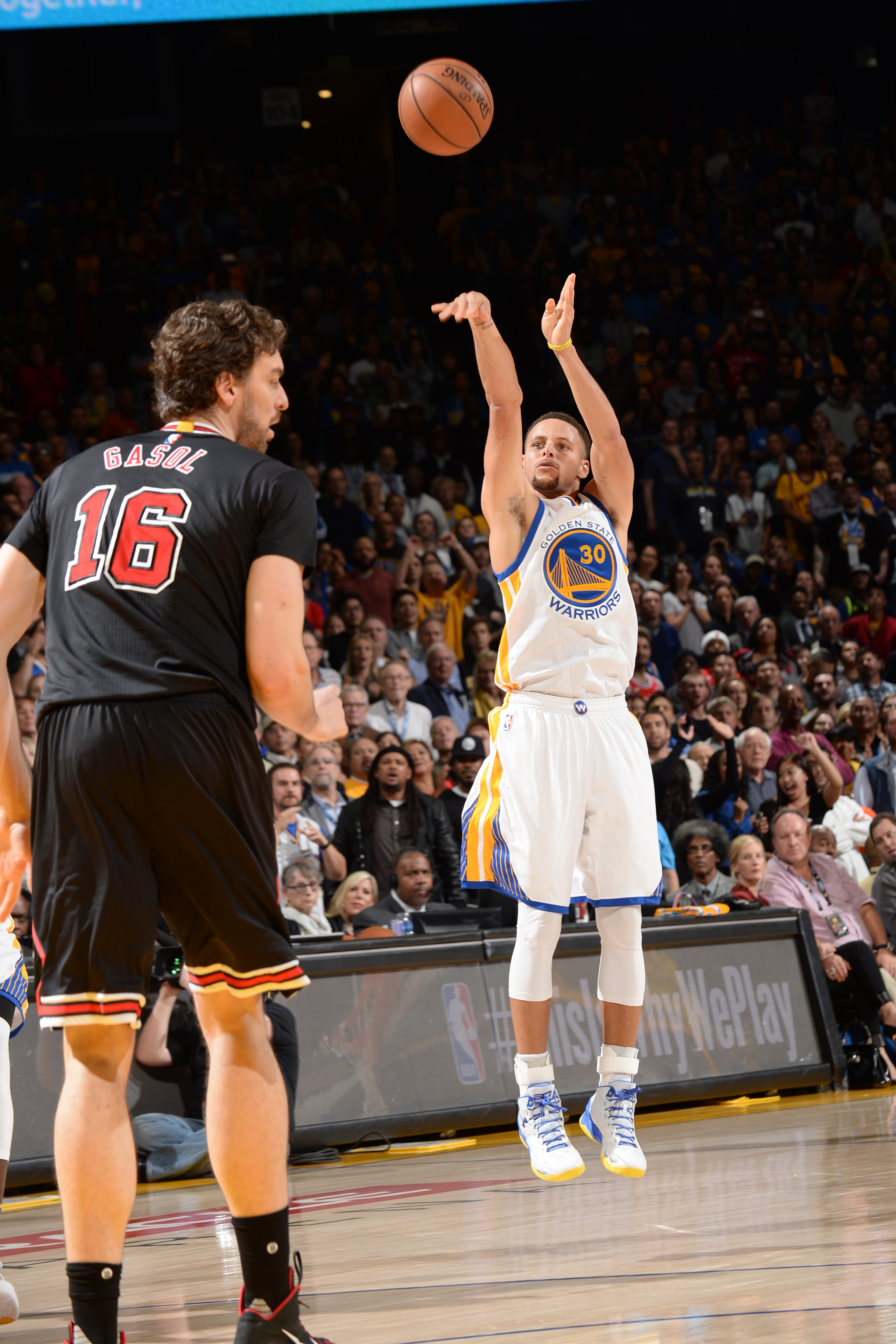 OAKLAND, CA - NOVEMBER 20: Stephen Curry #30 of the Golden State Warriors shoots against the Chicago Bulls during the game on November 20, 2015 at ORACLE Arena in Oakland, California . (Photo by Noah Graham/NBAE via Getty Images)