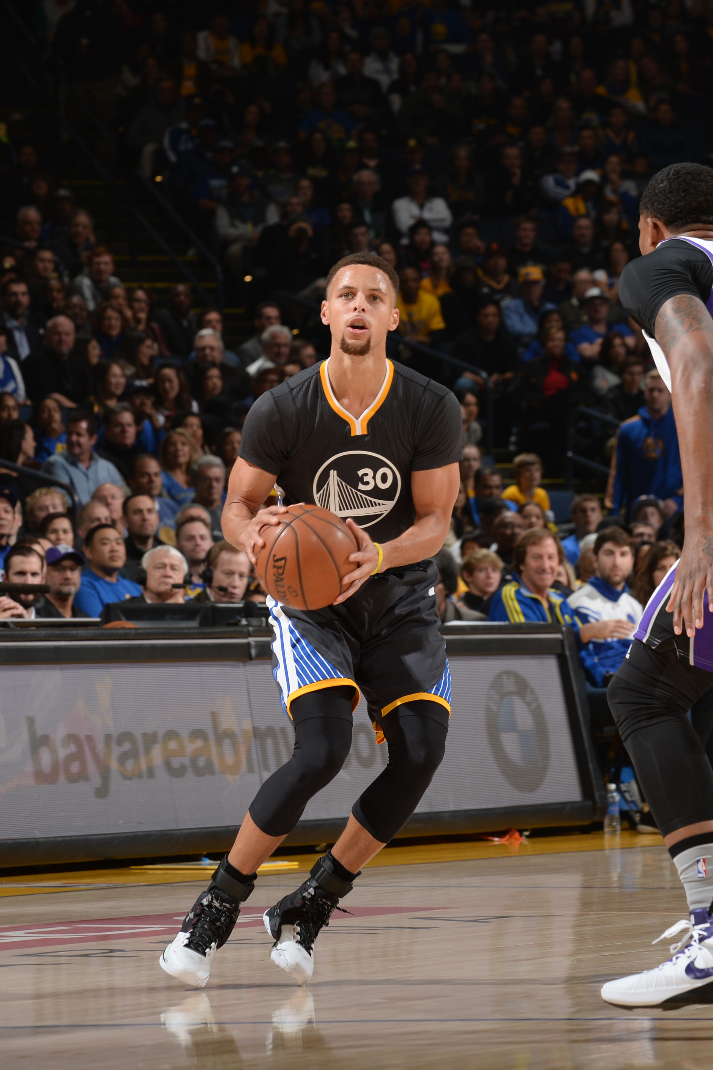 OAKLAND, CA - NOVEMBER 28:  Stephen Curry #30 of the Golden State Warriors handles the ball against the Sacramento Kings on November 28, 2015 at ORACLE Arena in Oakland, California. (Photo by Noah Graham/NBAE via Getty Images)