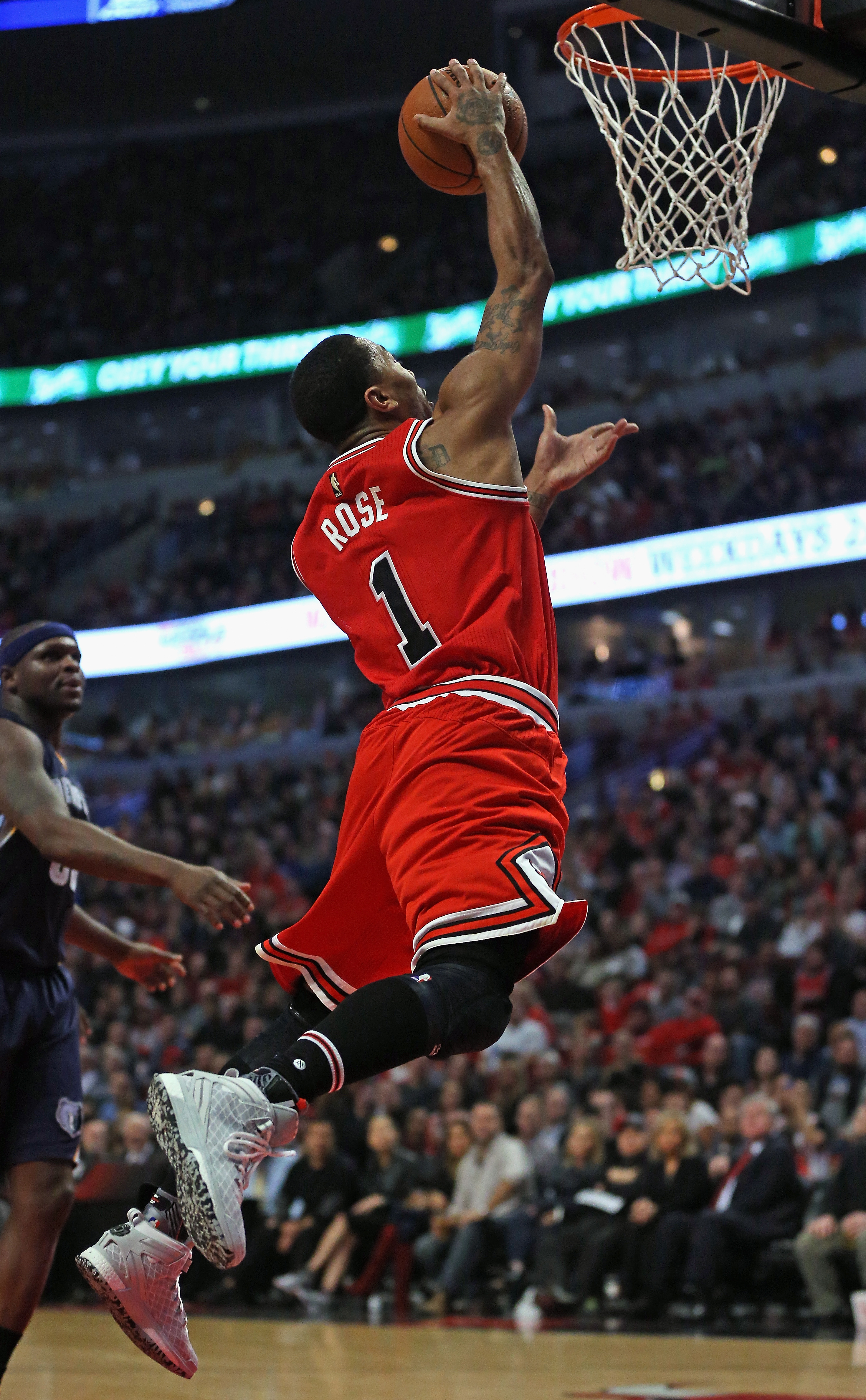 CHICAGO, IL - DECEMBER 16: Derrick Rose #1 of the Chicago Bulls goes up for a shot against the Memphis Grizzlies at the United Center on December 16, 2015 in Chicago, Illinois. The Bulls defeated the Grizzlies 98-85. (Photo by Jonathan Daniel/Getty Images