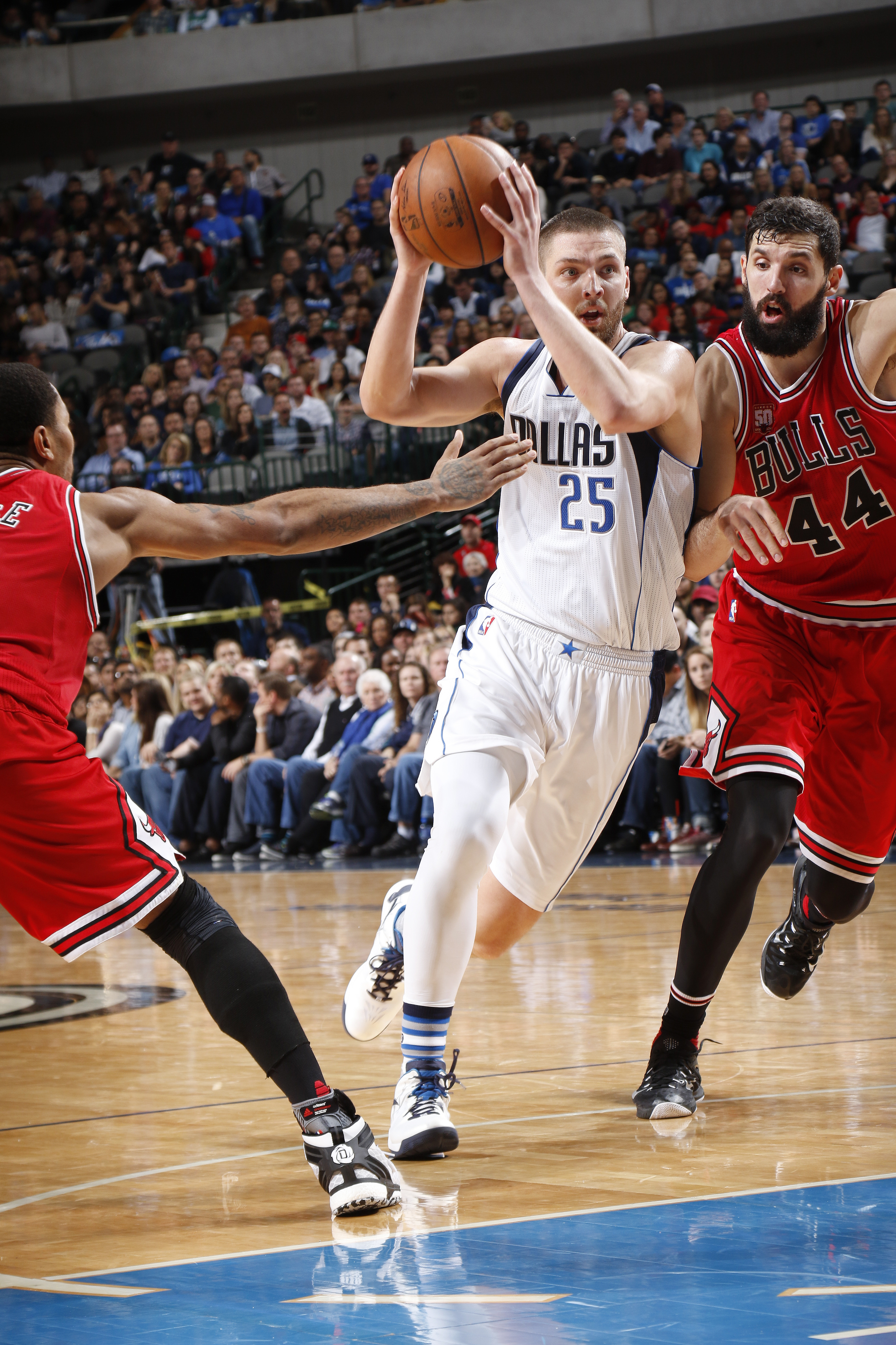 DALLAS, TX - DECEMBER 26:  Chandler Parsons #25 of the Dallas Mavericks drives to the basket during the game against the Chicago Bulls on December 26, 2015 at the American Airlines Center in Dallas, Texas. (Photo by Glenn James/NBAE via Getty Images)