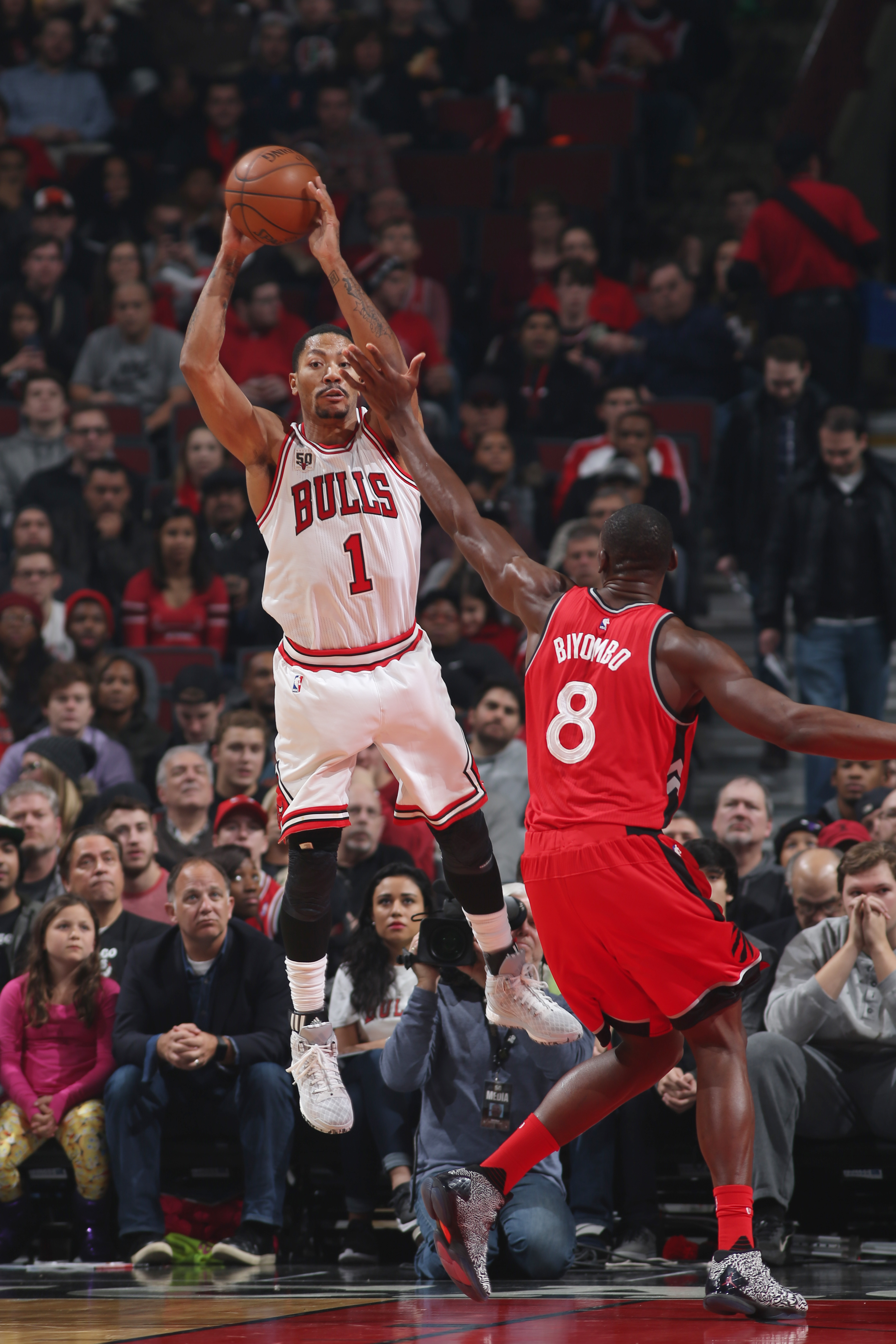 CHICAGO, IL - DECEMBER 28: Derrick Rose #1 of the Chicago Bulls moves the ball against Bismack Biyombo #8 of the Toronto Raptors during the game on December 28, 2015 at United Center in Chicago, Illinois. (Photo by Gary Dineen/NBAE via Getty Images)