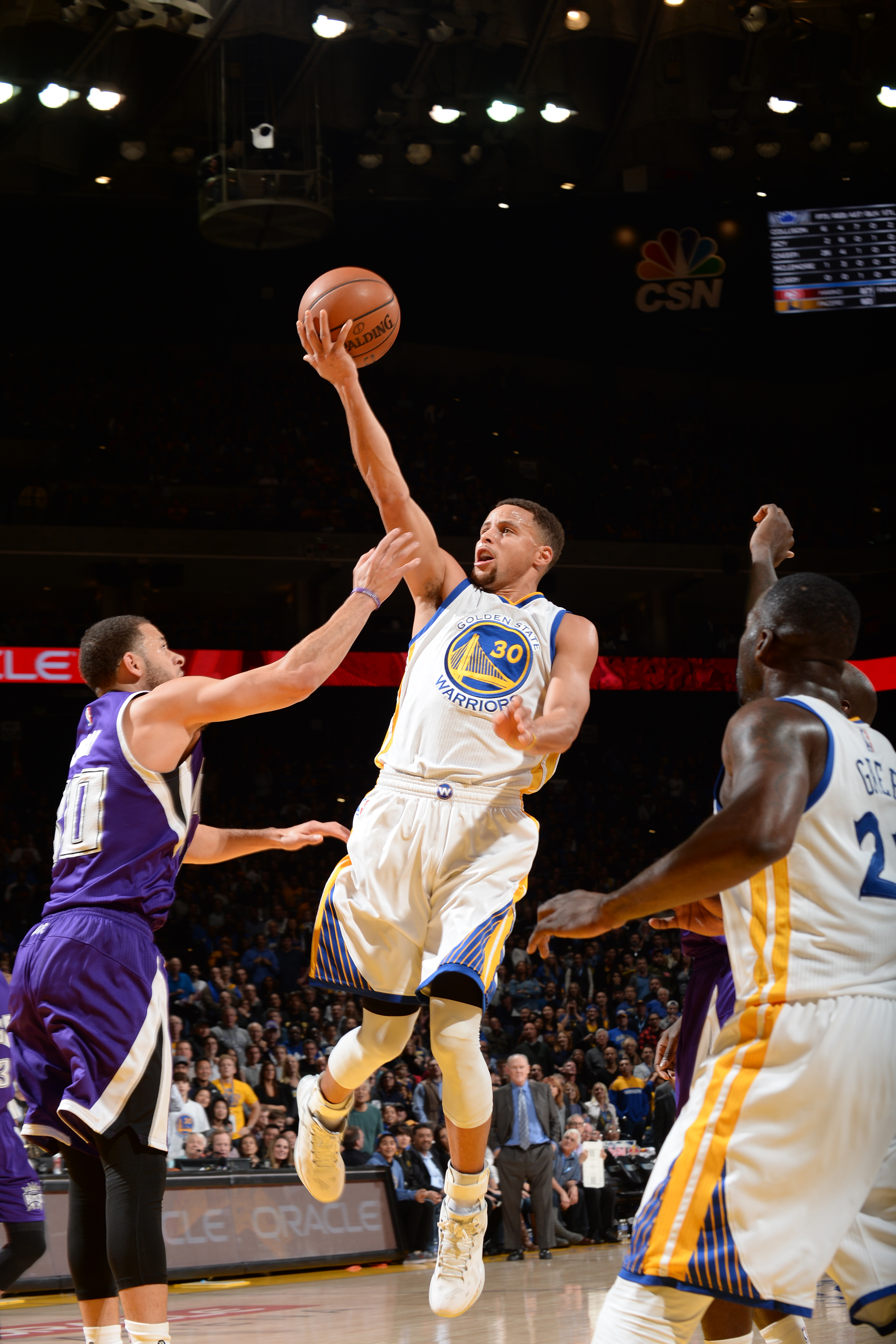 OAKLAND, CA - DECEMBER 28:  Stephen Curry #30 of the Golden State Warriors shoots the ball against the Sacramento Kings on December 28, 2015 at ORACLE Arena in Oakland, California. (Photo by Noah Graham/NBAE via Getty Images)