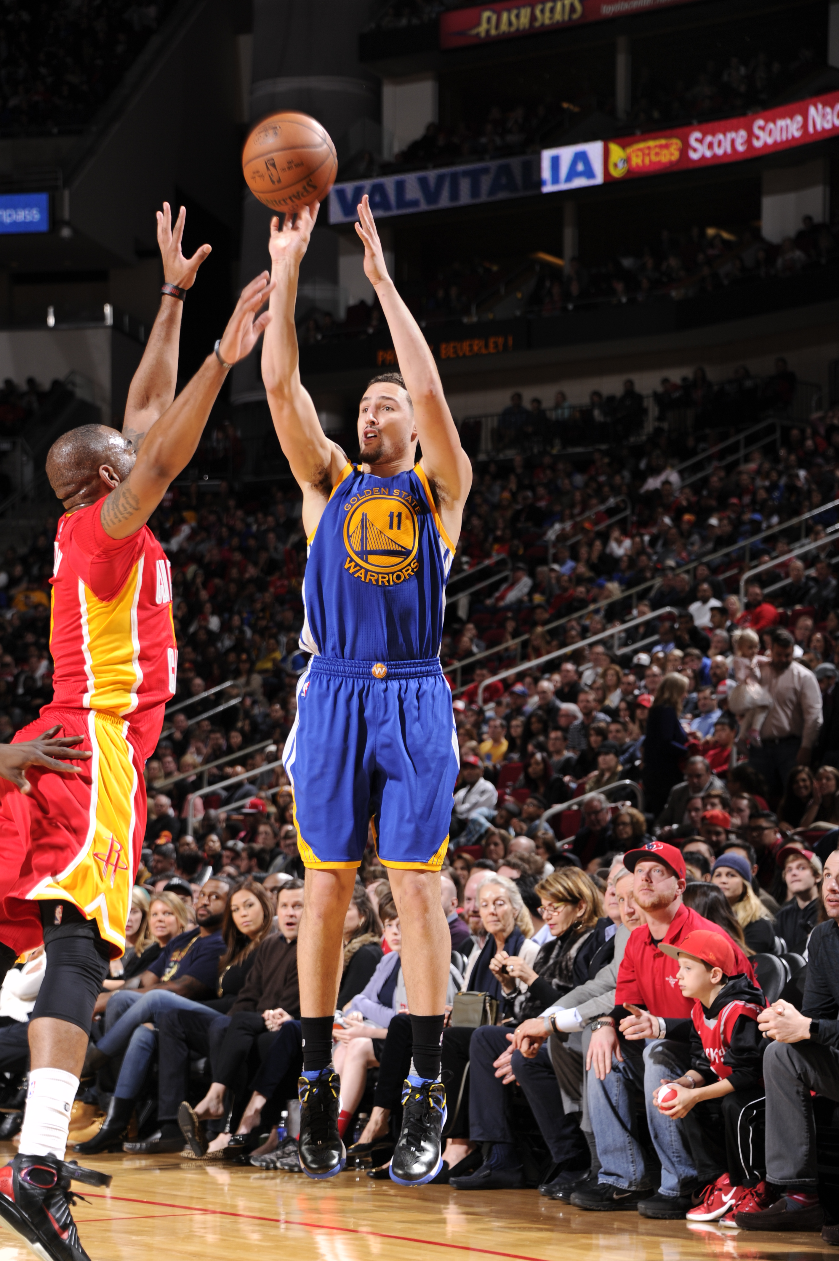 HOUSTON, TX - DECEMBER 31:  Klay Thompson #11 of the Golden State Warriors shoots against the Houston Rockets on December 31, 2015 at the Toyota Center in Houston, Texas. (Photo by Bill Baptist/NBAE via Getty Images)