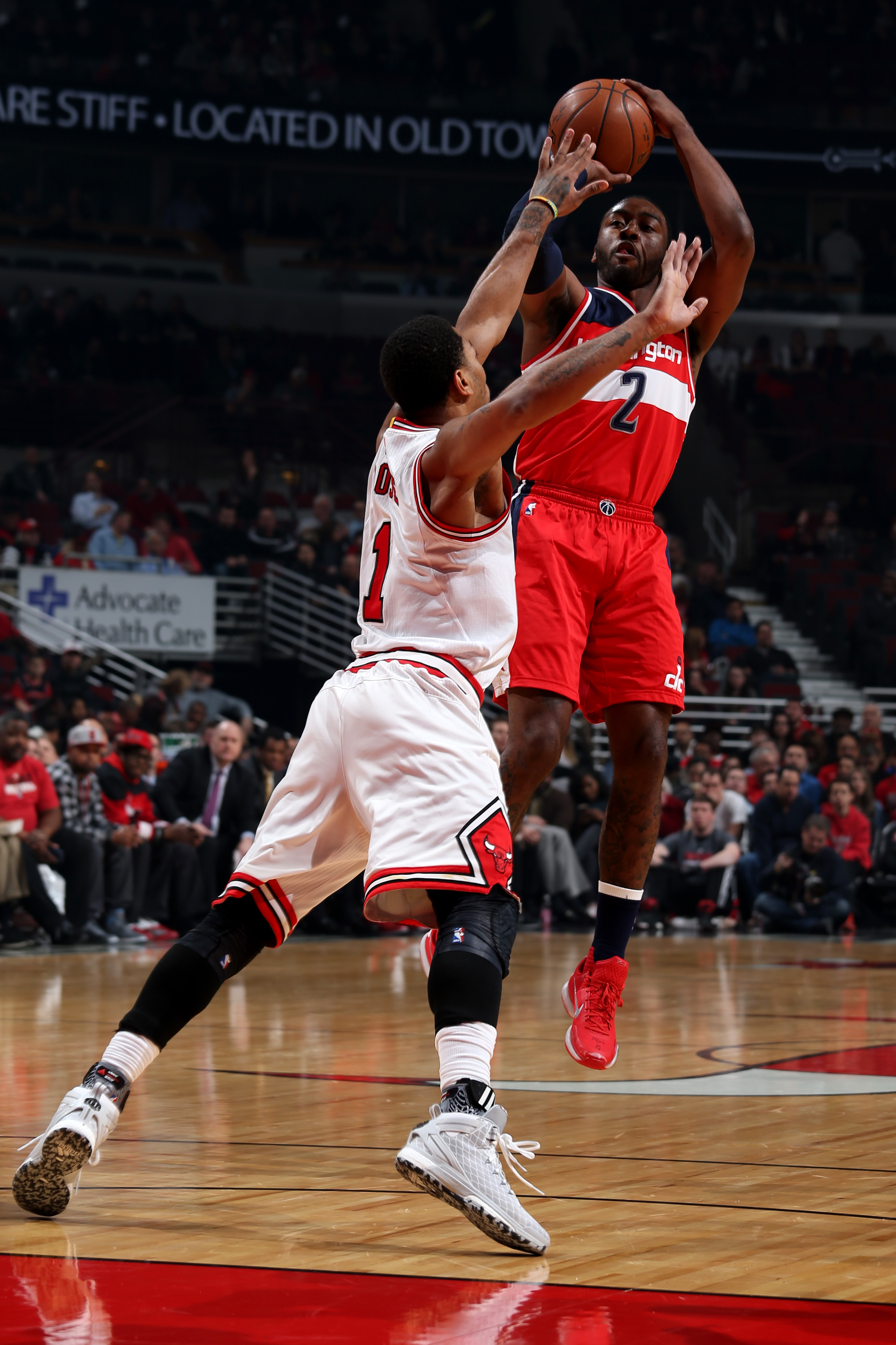 CHICAGO, IL - JANUARY 11:  John Wall #2 of the Washington Wizards shoots against Derrick Rose #1 of the Chicago Bulls on January 11, 2016 at the United Center in Chicago, Illinois. (Photo by Gary Dineen/NBAE via Getty Images)