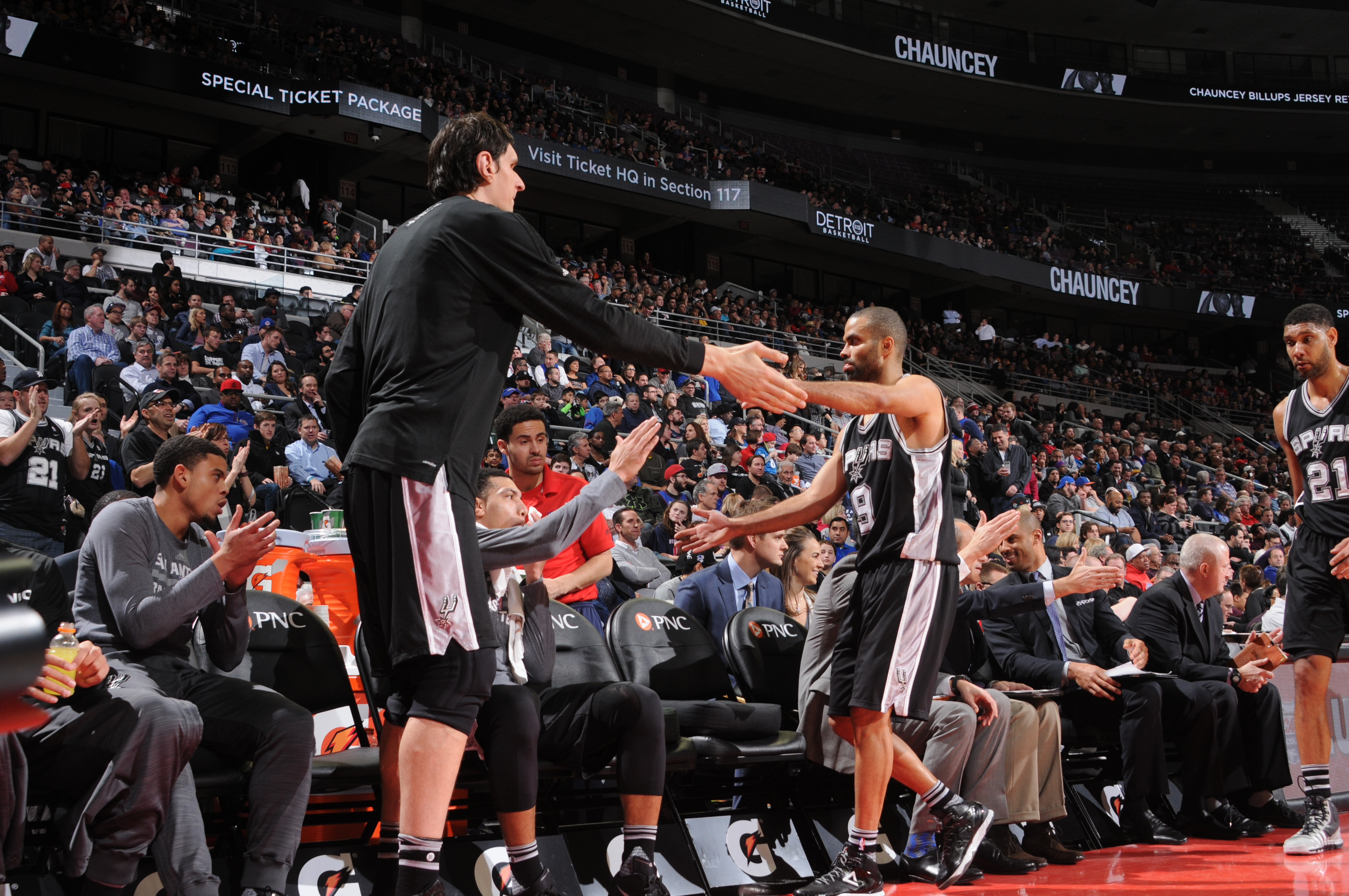 AUBURN HILLS, MI - JANUARY 12:  Tony Parker #9 of the San Antonio Spurs shakes hands with his teammates during the game against the Detroit Pistons on January 12, 2016 at The Palace of Auburn Hills in Auburn Hills, Michigan. (Photo by Allen Einstein/NBAE