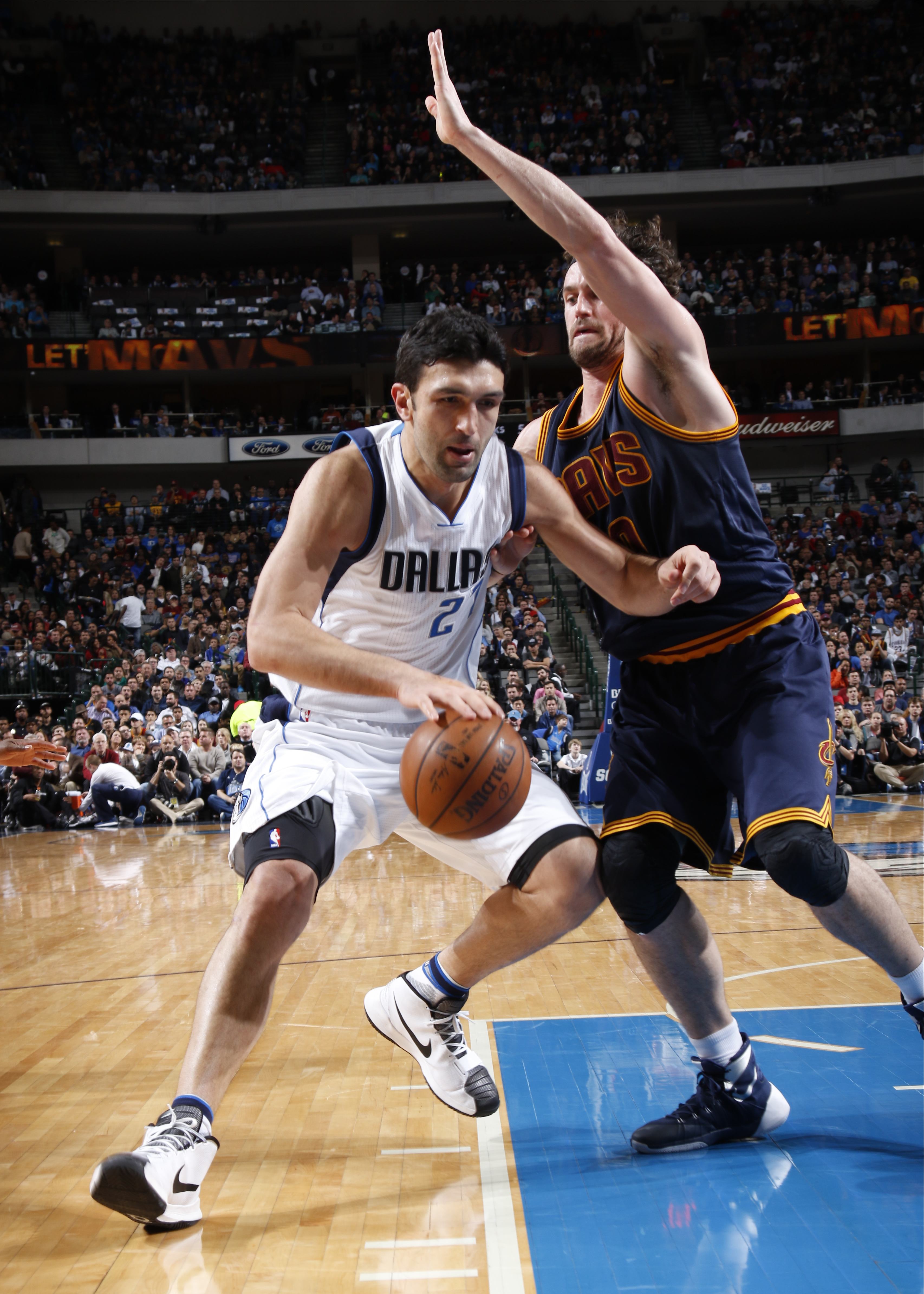 DALLAS, TX - JANUARY 12: Zaza Pachulia #27 of the Dallas Mavericks handles the ball against Kevin Love #0 of the Cleveland Cavaliers on January 12, 2016 at the American Airlines Center in Dallas, Texas. (Photo by Glenn James/NBAE via Getty Images)