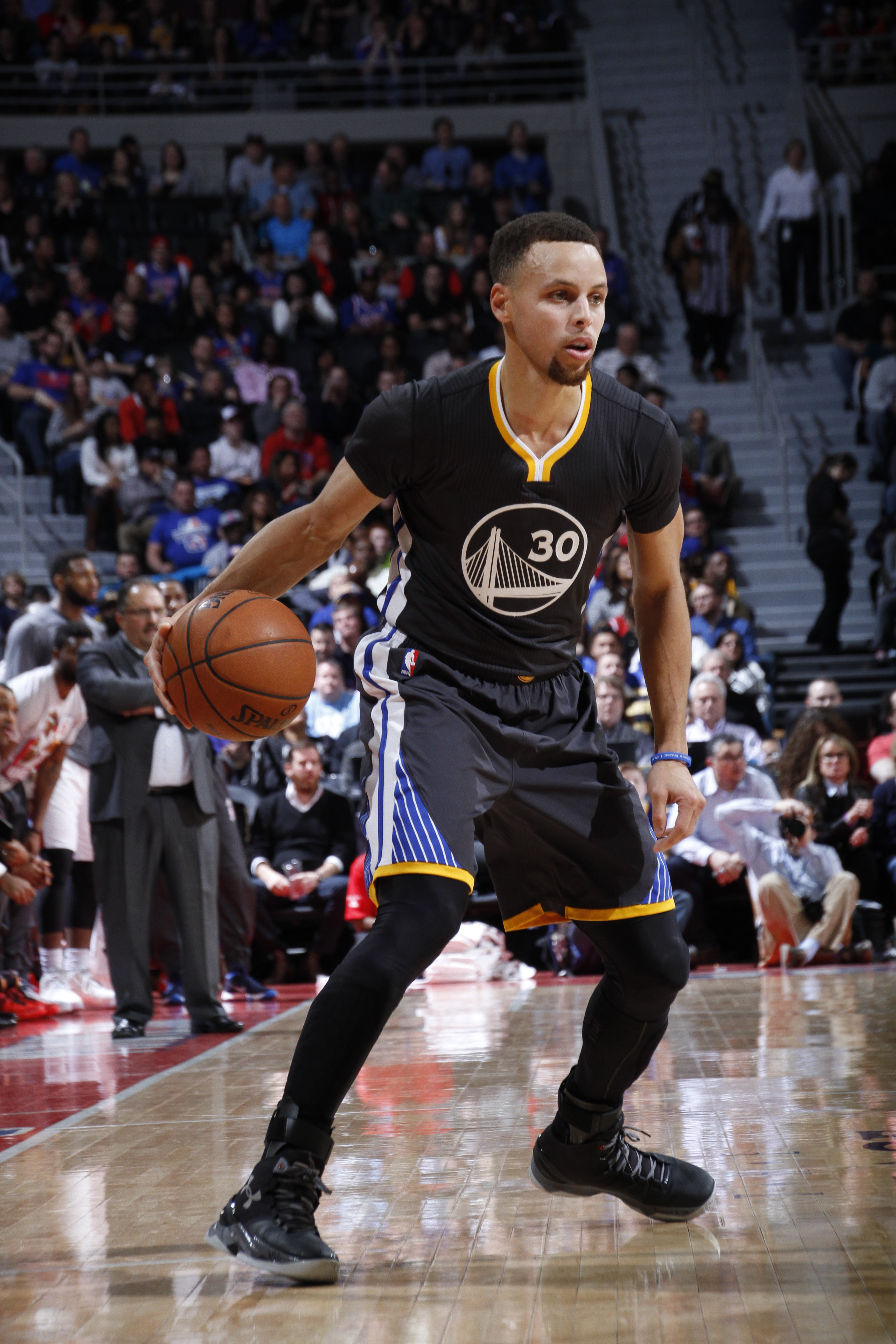 AUBURN HILLS, MI - JANUARY 16:  Stephen Curry #30 of the Golden State Warriors handles the ball against the Detroit Pistons on January 16, 2016 at The Palace of Auburn Hills in Auburn Hills, Michigan. (Photo by B. Sevald/Einstein/NBAE via Getty Images)