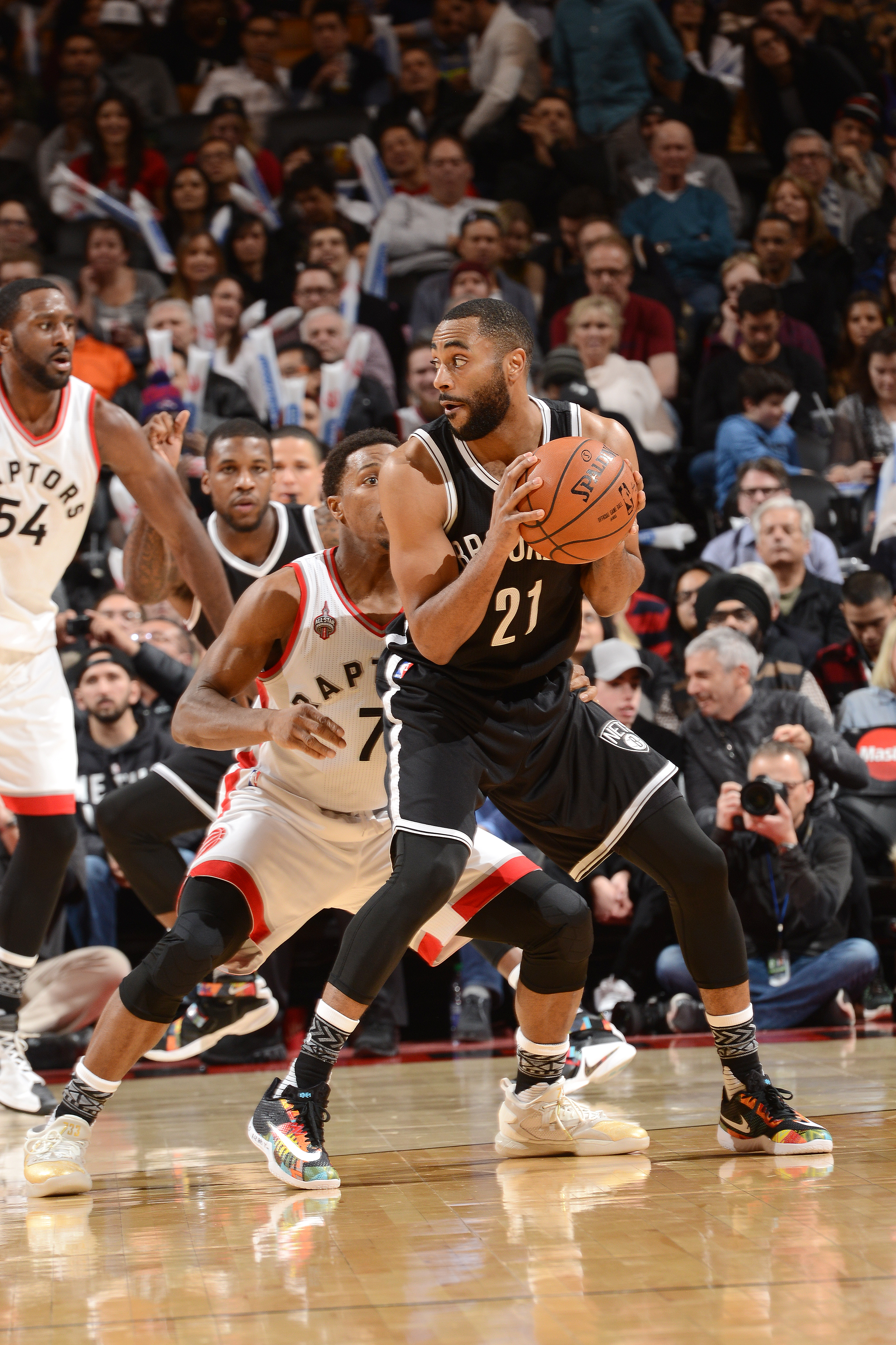 TORONTO, CANADA - JANUARY 18: Wayne Ellington #21 of the Brooklyn Nets handles the ball during the game against the Toronto Raptors on January 18, 2016 at the Air Canada Centre in Toronto, Ontario, Canada.  (Photo by Ron Turenne/NBAE via Getty Images)
