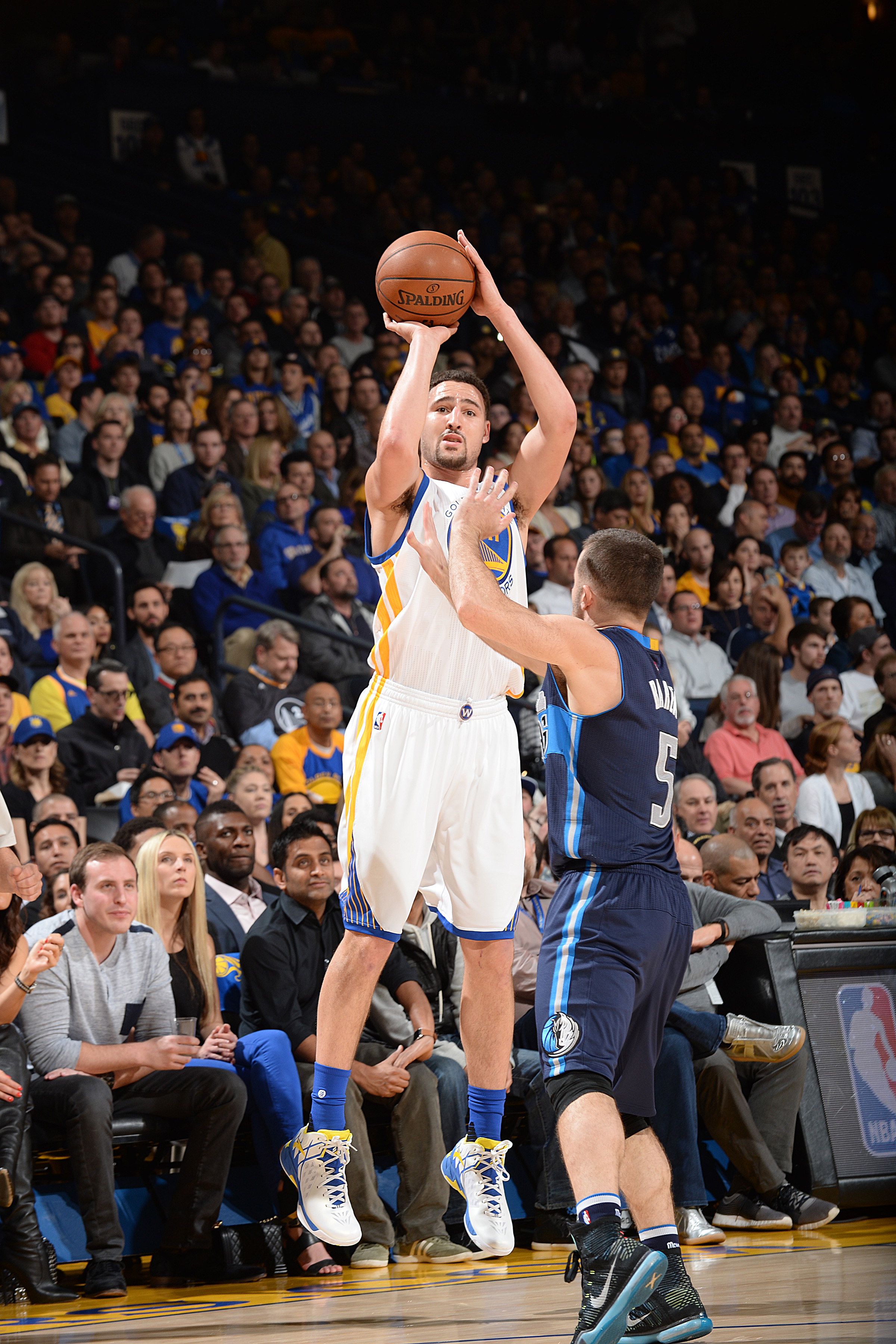 OAKLAND, CA - JANUARY 27:  Klay Thompson #11 of the Golden State Warriors shoots the ball against the Dallas Mavericks on January 27, 2016 at ORACLE Arena in Oakland, California. (Photo by Noah Graham/NBAE via Getty Images)