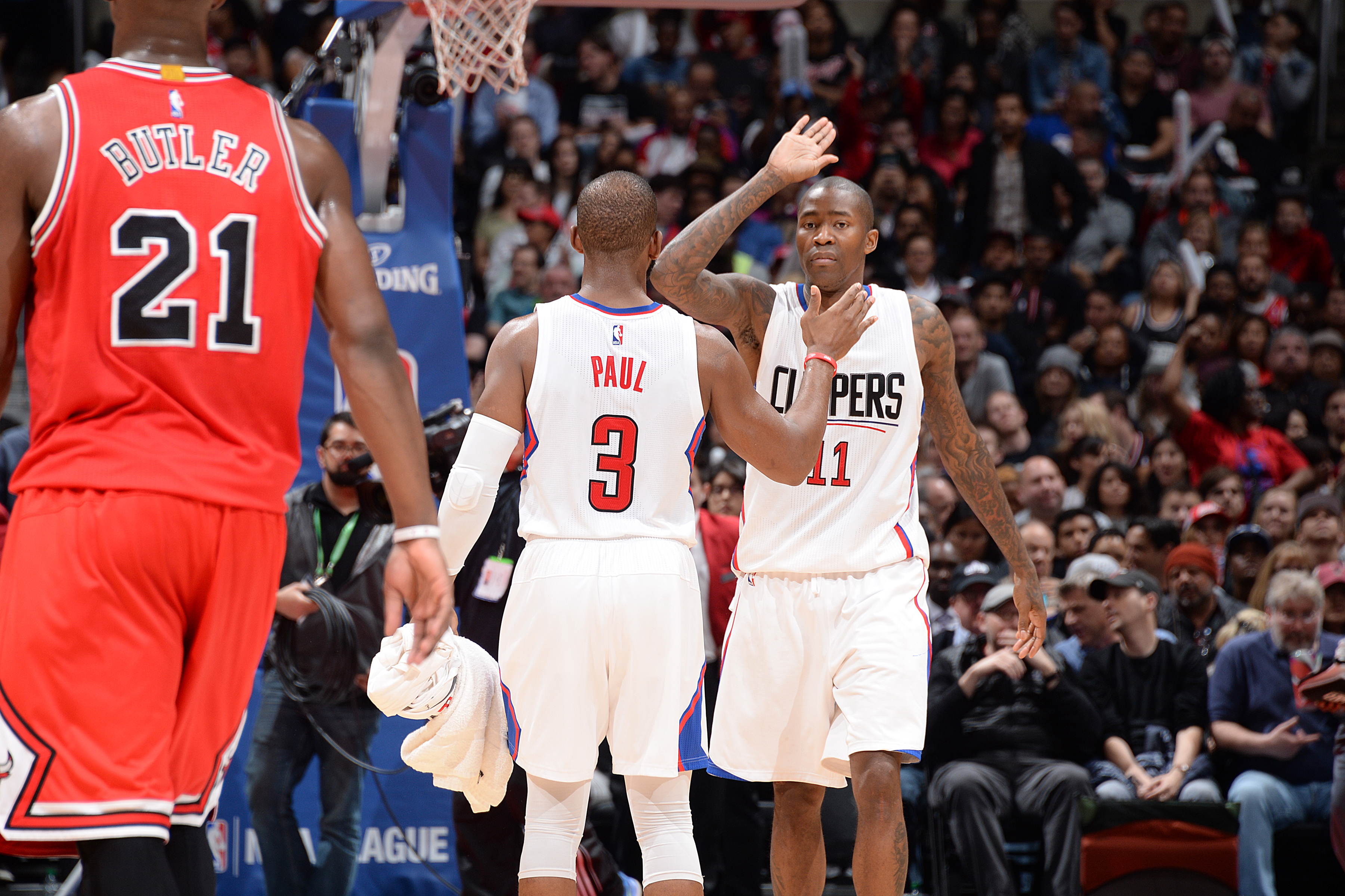 LOS ANGELES, CA - JANUARY 31:  Jamal Crawford #11 shakes hands with Chris Paul #3 of the Los Angeles Clippers during the game against the Chicago Bulls on January 31, 2016 at STAPLES Center in Los Angeles, California. (Photo by Andrew D. Bernstein/NBAE vi