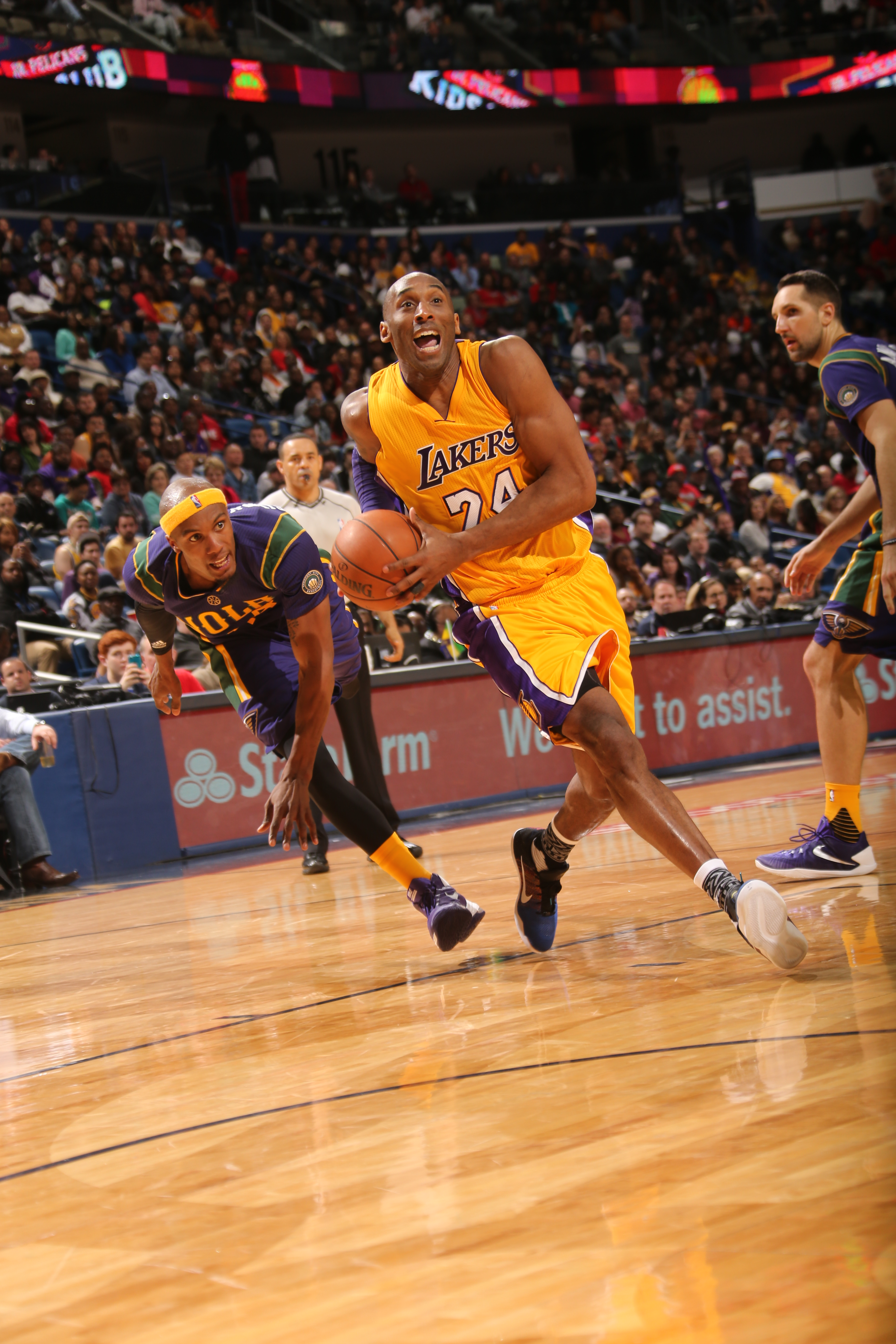 NEW ORLEANS, LA - FEBRUARY 4:  Kobe Bryant #24 of the Los Angeles Lakers drives to the basket against the New Orleans Pelicans on February 4, 2016 at the Smoothie King Center in New Orleans, Louisiana. (Photo by Layne Murdoch/NBAE via Getty Images)