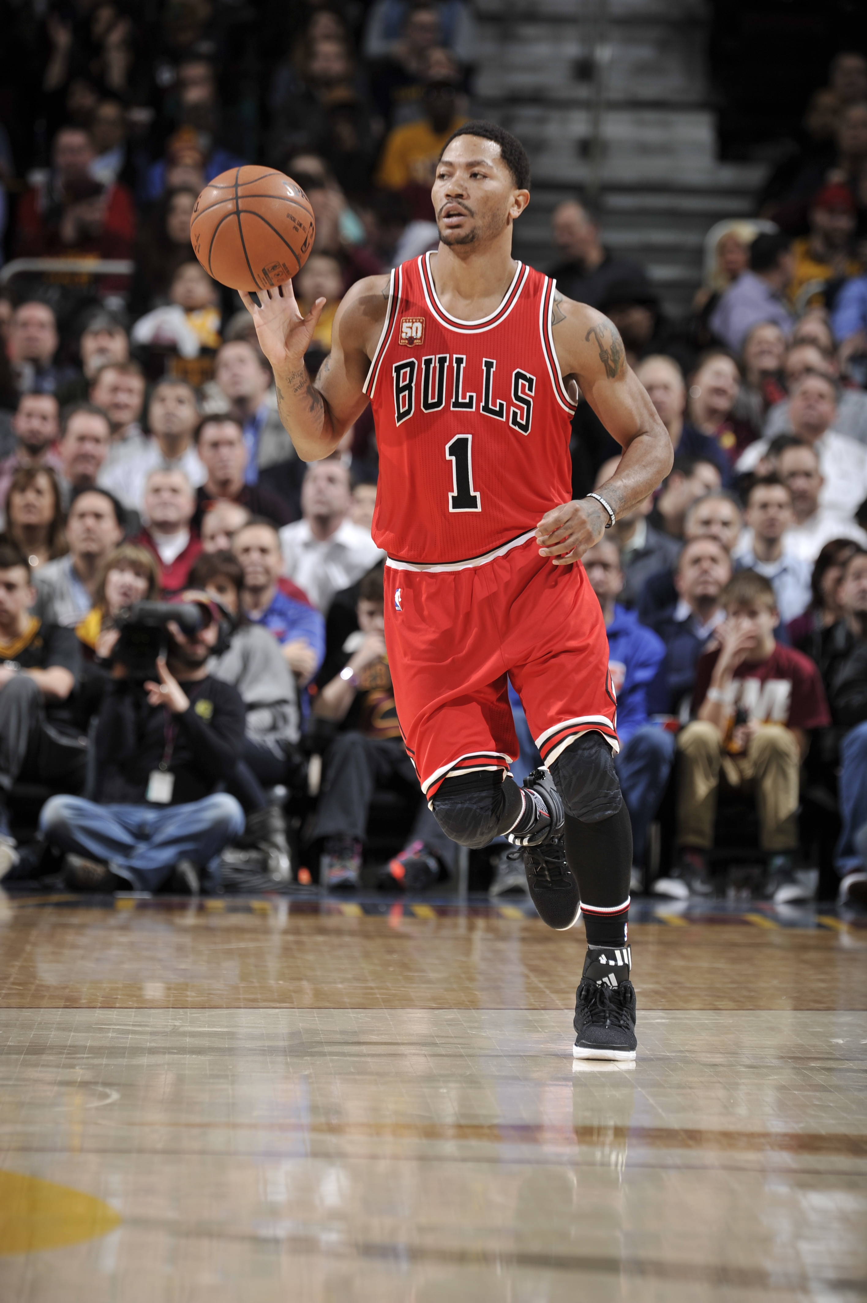 CLEVELAND, OH - FEBRUARY 18:  Derrick Rose #1 of the Chicago Bulls brings the ball up court against the Cleveland Cavaliers on February 18, 2016 at Quicken Loans Arena in Cleveland, Ohio. (Photo by David Liam Kyle/NBAE via Getty Images)