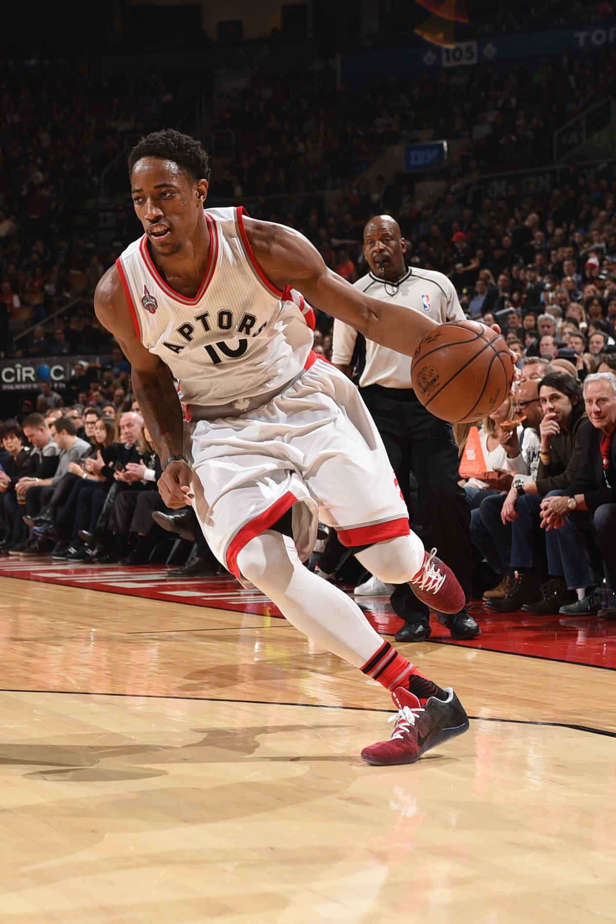 TORONTO, CANADA - FEBRUARY 21:  DeMar DeRozan #10 of the Toronto Raptors drives to the basket against the Memphis Grizzlies on February 21, 2016 at the Air Canada Centre in Toronto, Ontario, Canada.  (Photo by Ron Turenne/NBAE via Getty Images)
