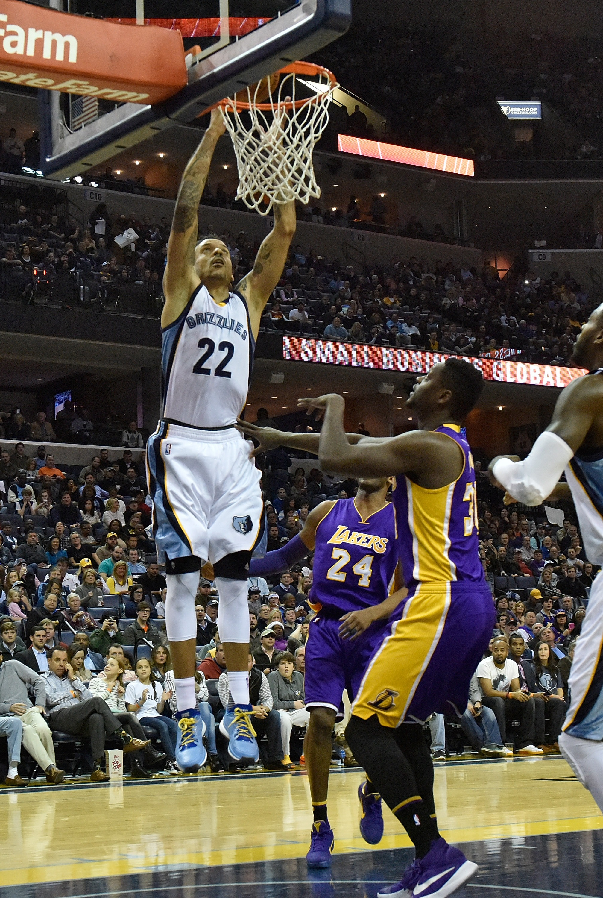 MEMPHIS, TN - FEBRUARY 24:  Matt Barnes #22 of the Memphis Grizzlies dunks the ball against Julius Randle #30 of the Los Angeles Lakers during the first quarter at FedExForum on February 24, 2016 in Memphis, Tennessee. (Photo by Frederick Breedon/Getty Im