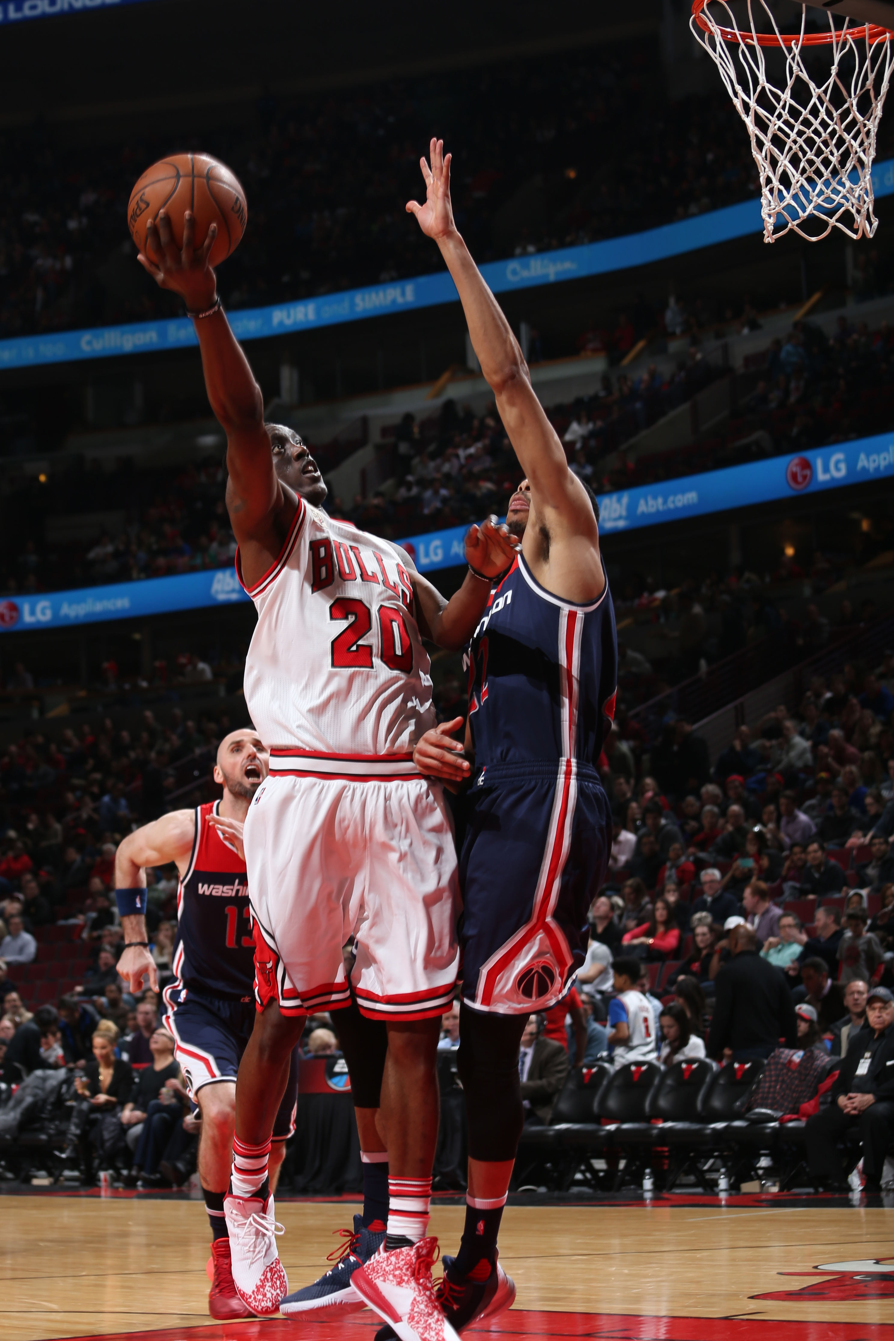 CHICAGO, IL - FEBRUARY 24: Tony Snell #20 of the Chicago Bulls goes for the lay up against the Washington Wizards during the game on February 24, 2016 at United Center in Chicago, Illinois. (Photo by Gary Dineen/NBAE via Getty Images)