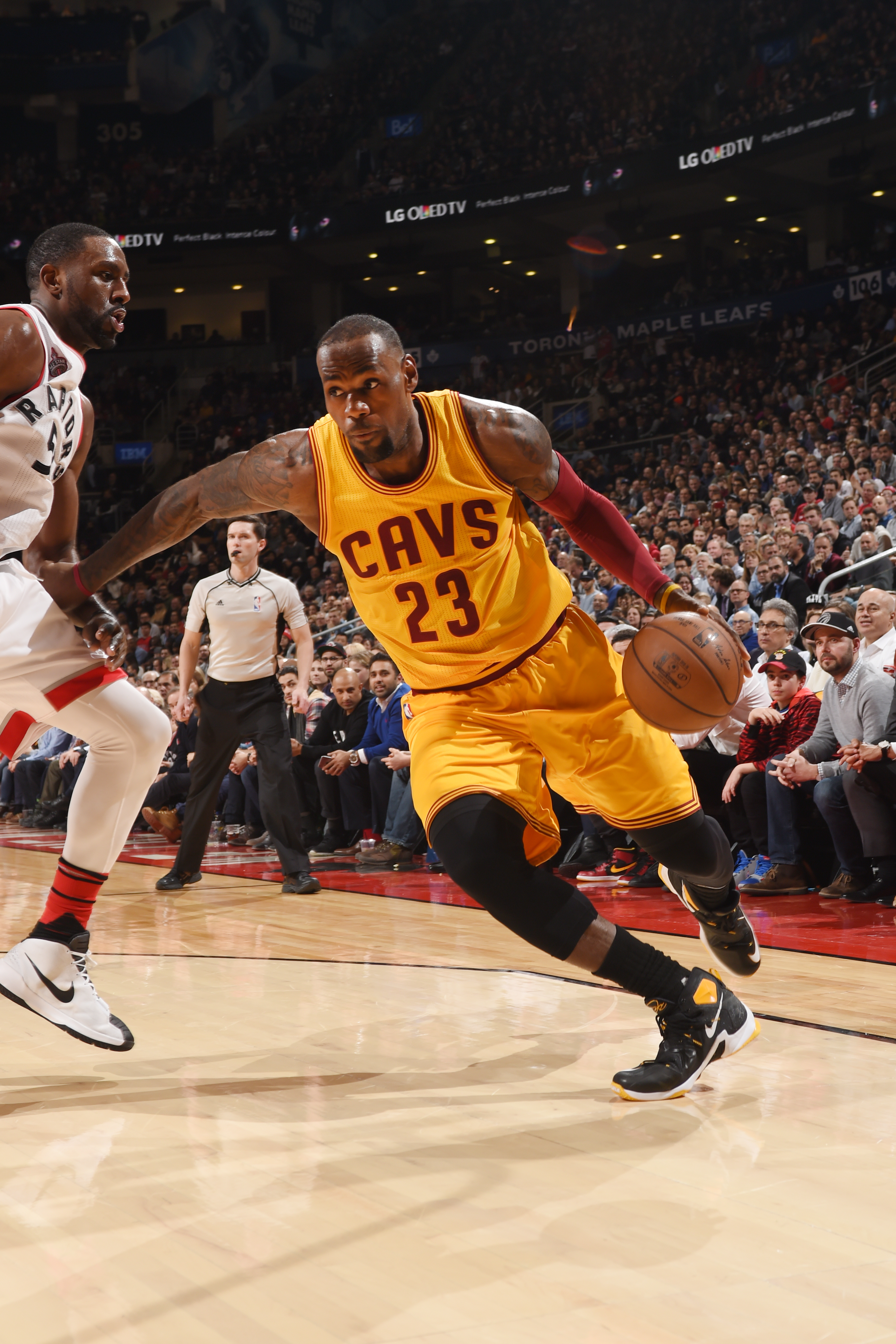 TORONTO, CAN - FEBRUARY 26: LeBron James #23 of the Cleveland Cavaliers drives to the basket against the Toronto Raptors during the game on February 26, 2016 at Air Canada Centre in Toronto, Canada. (Photo by Ron Turenne/NBAE via Getty Images)