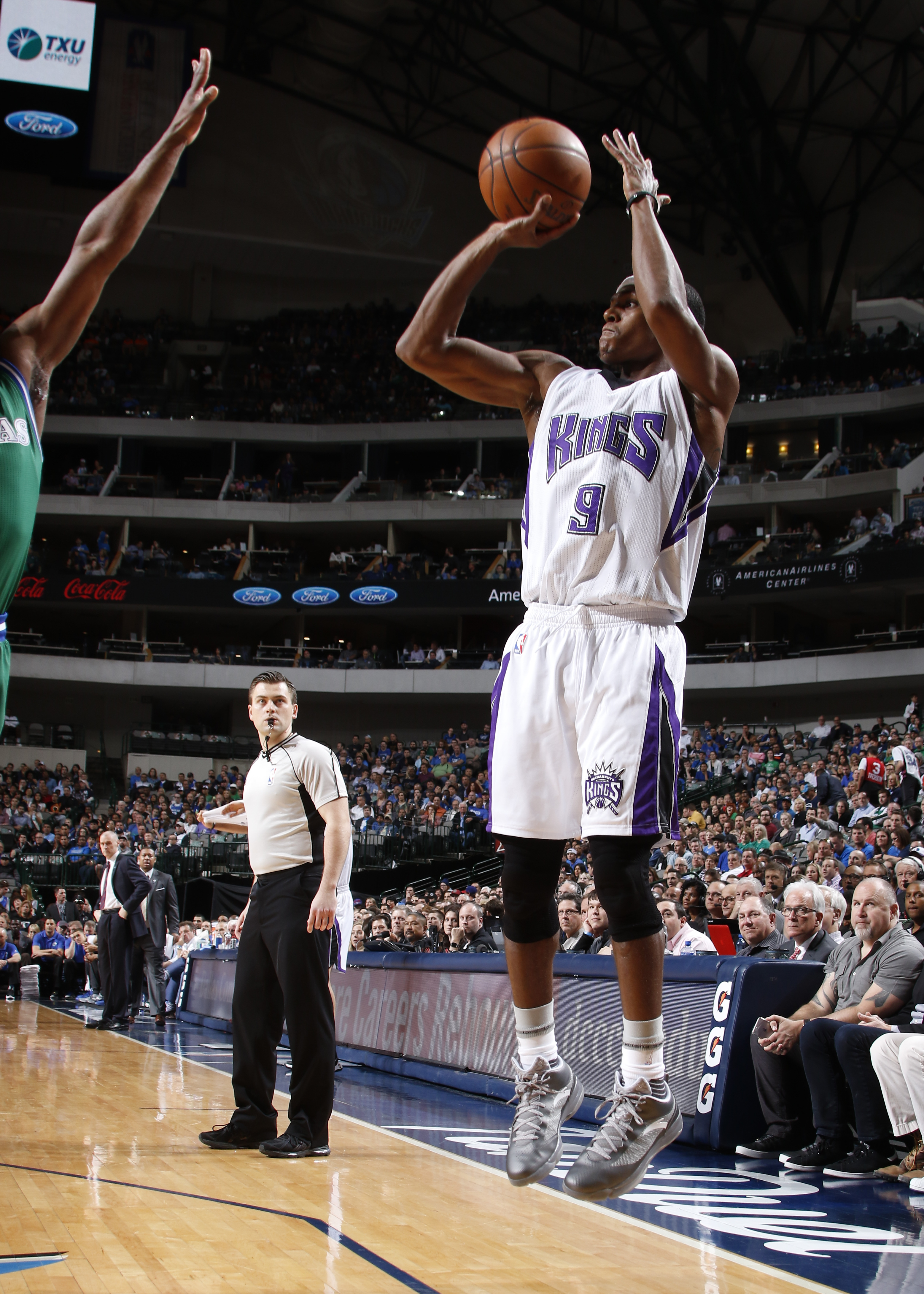 DALLAS, TX - MARCH 3: Rajon Rondo #9 of the Sacramento Kings shoots a jumper against the Dallas Mavericks on March 3, 2016 at the American Airlines Center in Dallas, Texas. (Photo by Danny Bollinger/NBAE via Getty Images)