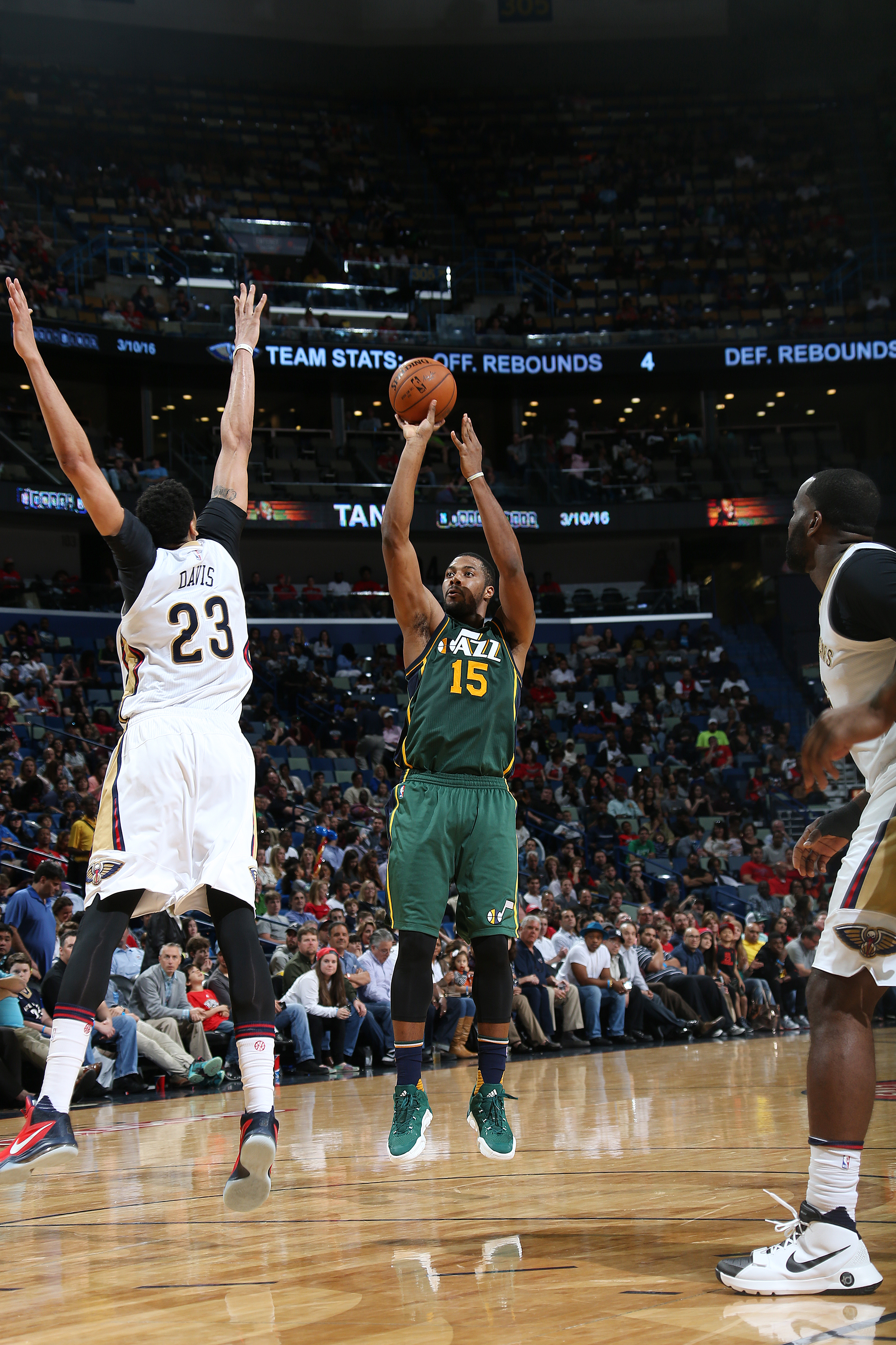 NEW ORLEANS, LA - MARCH 5:  Derrick Favors #15 of the Utah Jazz shoots the ball against the New Orleans Pelicans on March 5, 2016 at Smoothie King Center in New Orleans, Louisiana. (Photo by Layne Murdoch Jr./NBAE via Getty Images)