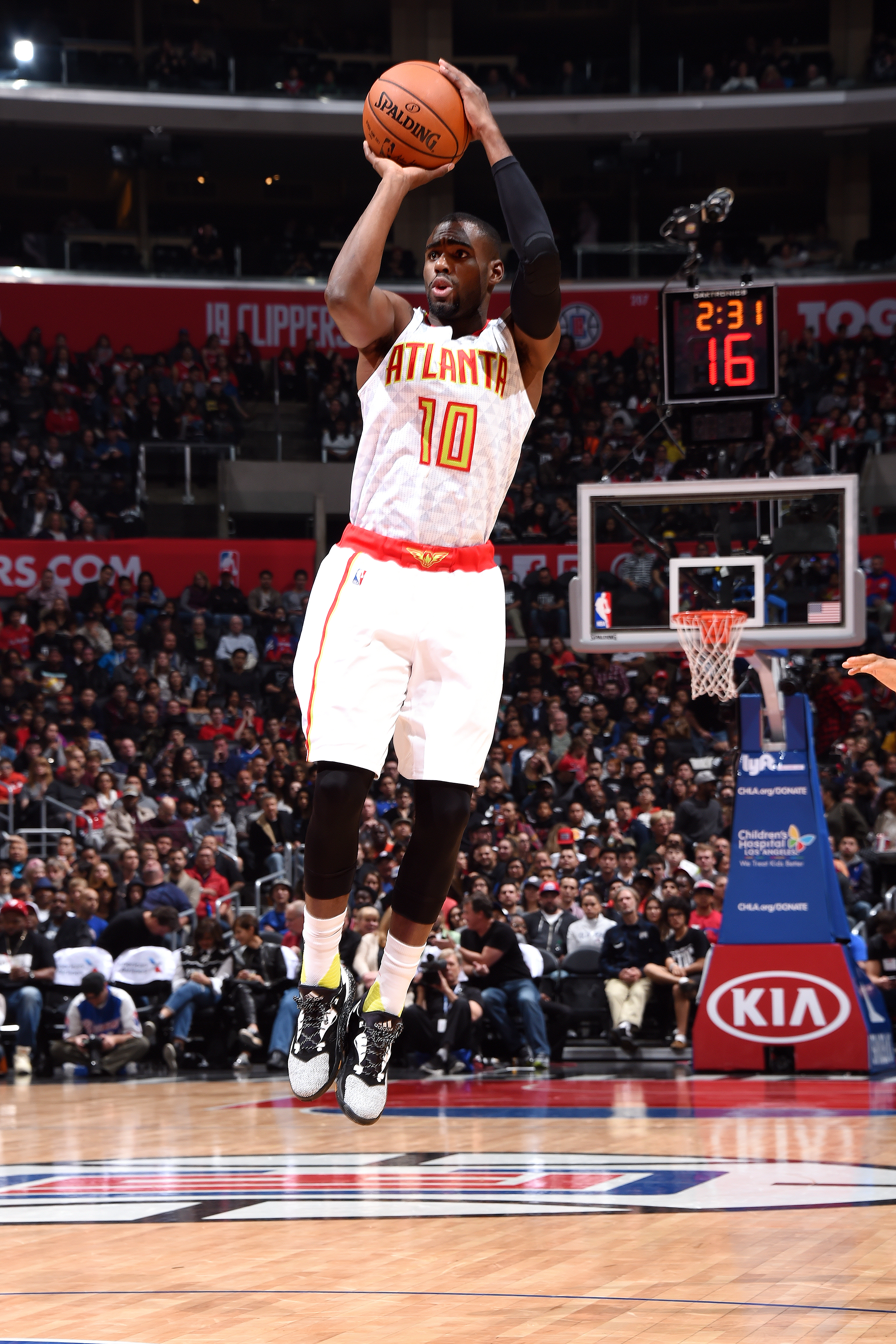 LOS ANGELES, CA - MARCH 5: Tim Hardaway Jr. #10 of the Atlanta Hawks shoots the ball during the game against the Los Angeles Clippers on March 5, 2016 at STAPLES Center in Los Angeles, California. (Photo by Andrew D. Bernstein/NBAE via Getty Images)