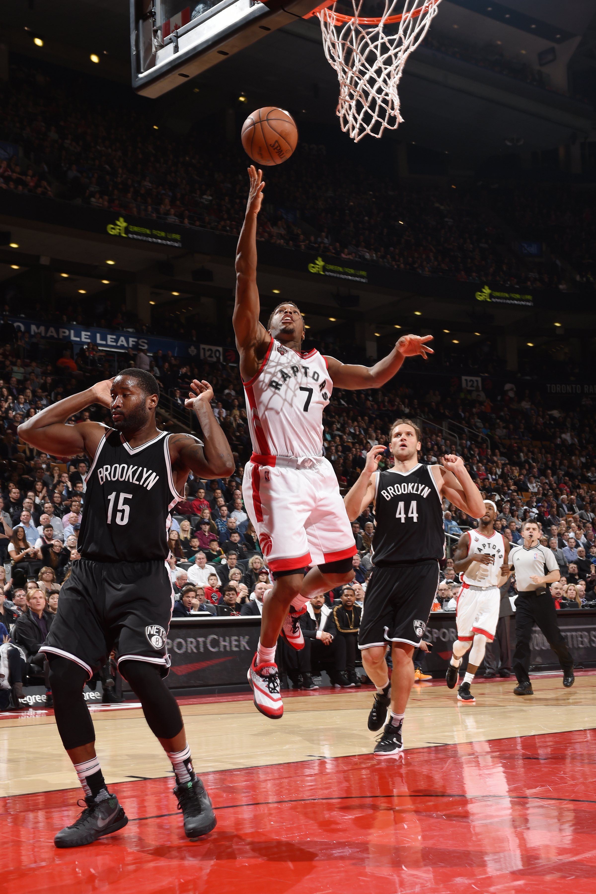TORONTO, CANADA - MARCH 8:  Kyle Lowry #7 of the Toronto Raptors shoots the ball against the Brooklyn Nets on March 8, 2016 at the Air Canada Centre in Toronto, Ontario, Canada.  (Photo by Ron Turenne/NBAE via Getty Images)