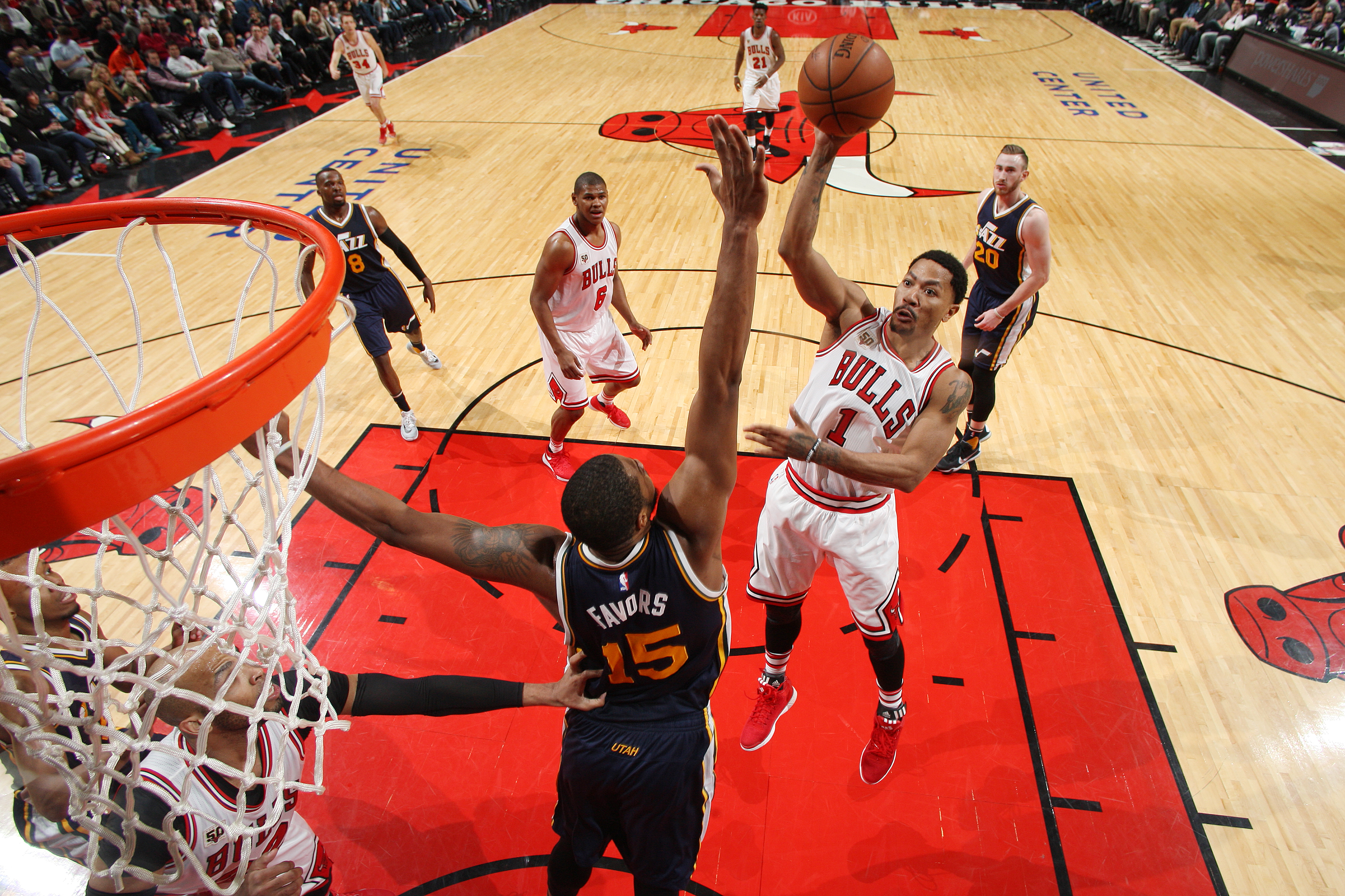 CHICAGO, IL - MARCH 19:  Derrick Rose #1 of the Chicago Bulls shoots the ball against the Utah Jazz on March 19, 2016 at the United Center in Chicago, Illinois. (Photo by Gary Dineen/NBAE via Getty Images)