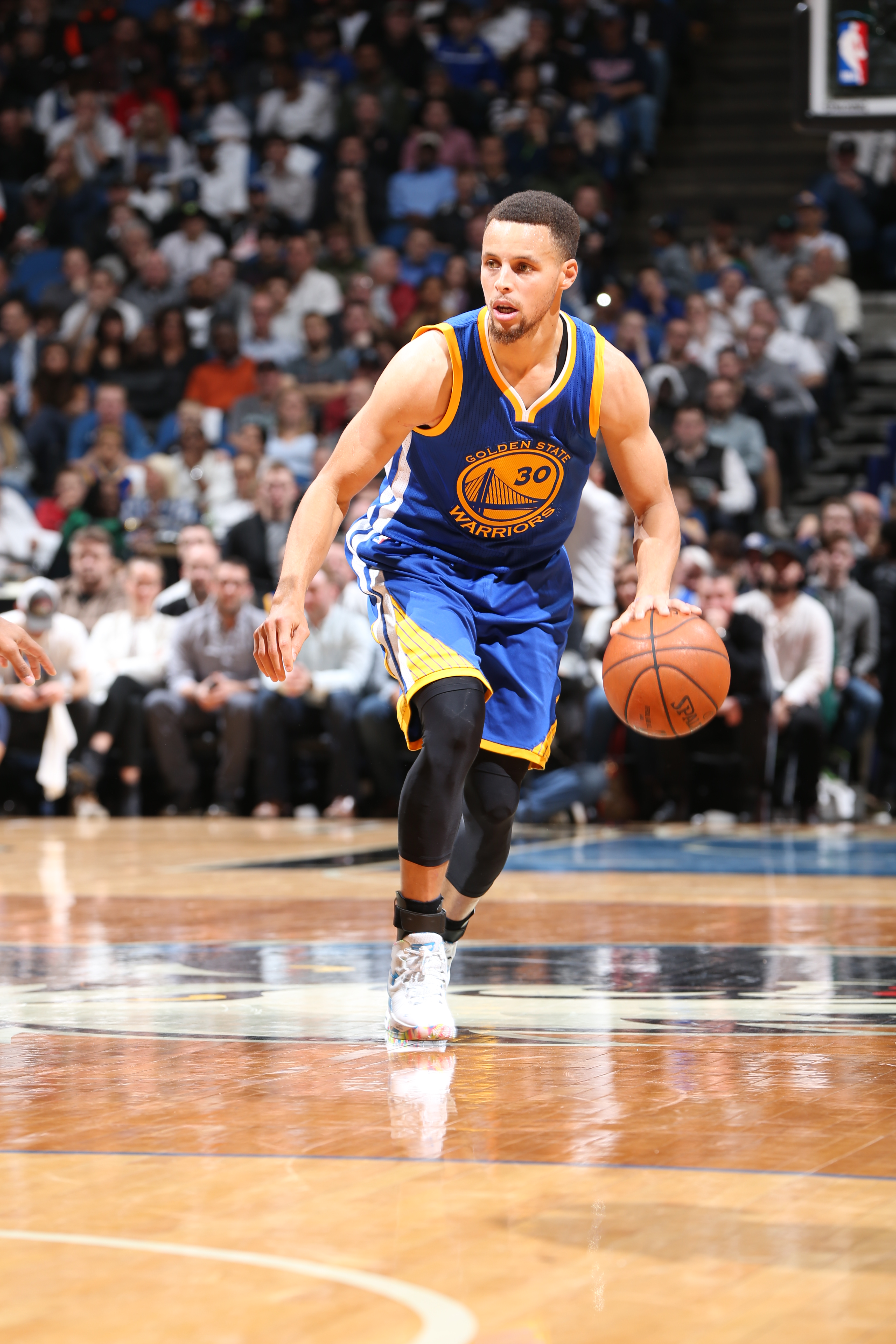 MINNEAPOLIS, MN -  MARCH 21:  Stephen Curry #30 of the Golden State Warriors handles the ball against the Minnesota Timberwolves on March 21, 2016 at Target Center in Minneapolis, Minnesota. (Photo by David Sherman/NBAE via Getty Images)