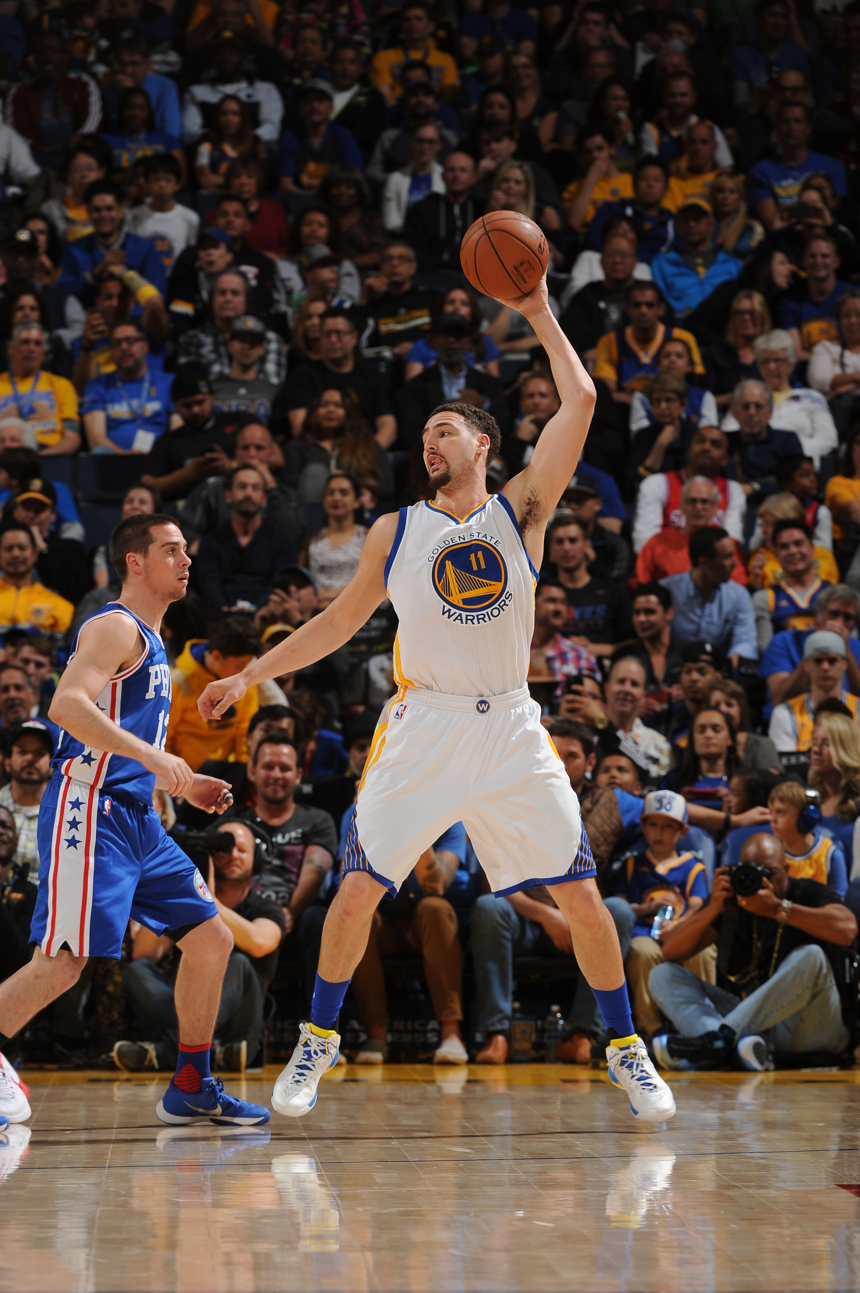 OAKLAND, CA - MARCH 27:  Klay Thompson #11 of the Golden State Warriors handles the ball against the Philadelphia 76ers on March 27, 2016 at Oracle Arena in Oakland, California. (Photo by Noah Graham/NBAE via Getty Images)