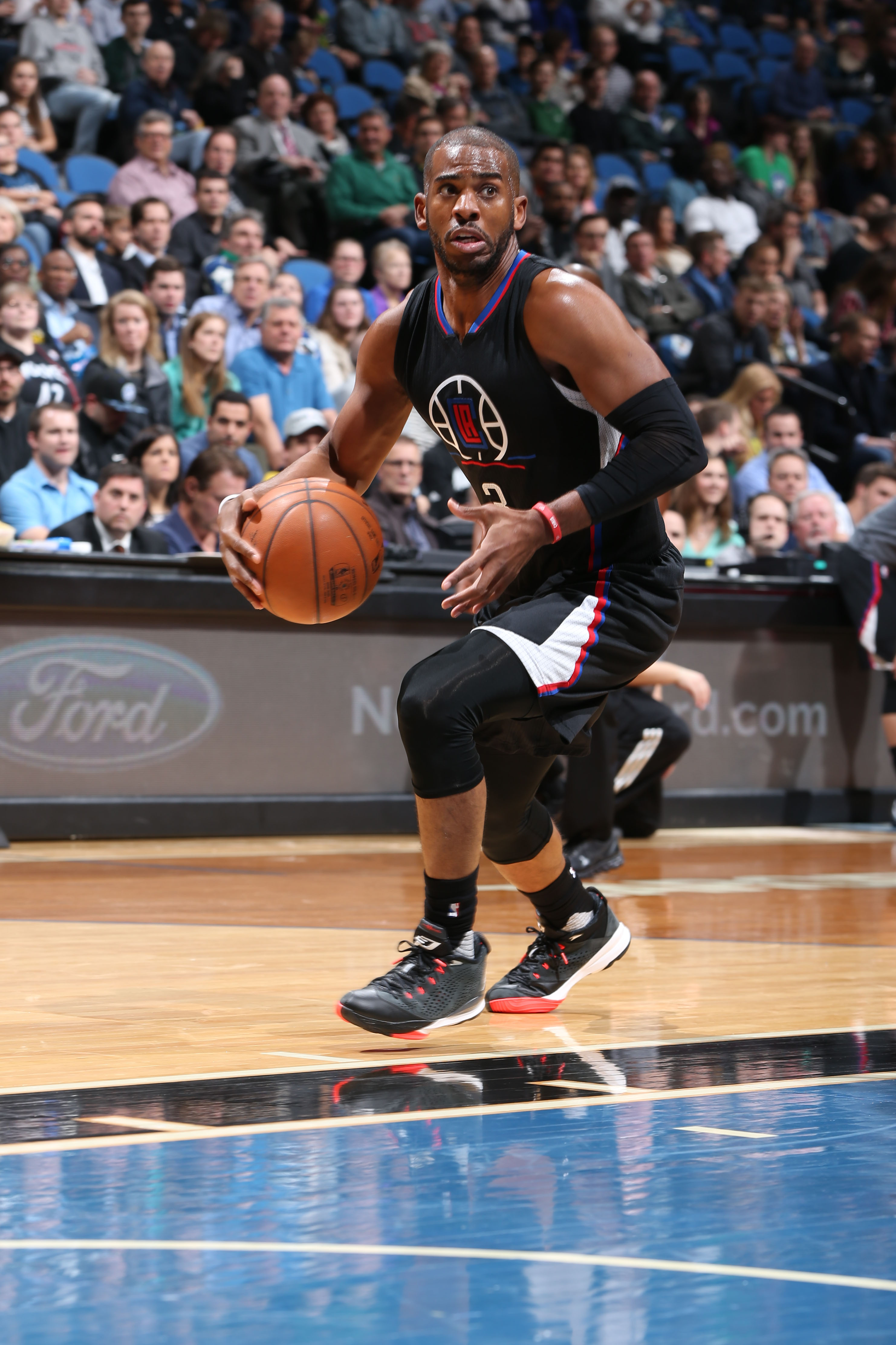 MINNEAPOLIS, MN - MARCH 30:  Chris Paul #3 of the Los Angeles Clippers drives to the basket against the Minnesota Timberwolves on March 30, 2016 at Target Center in Minneapolis, Minnesota. (Photo by David Sherman/NBAE via Getty Images)