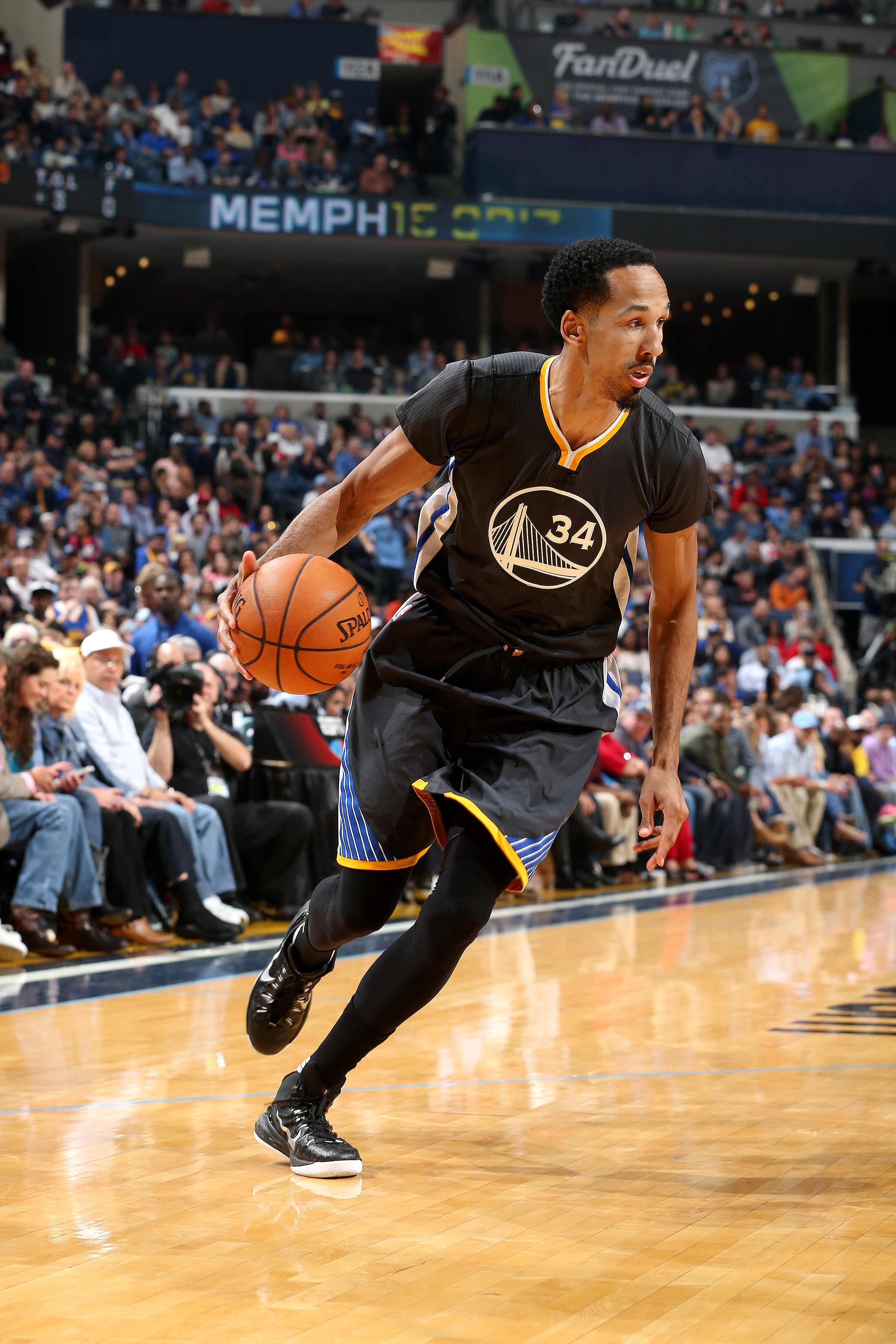 MEMPHIS, TN - APRIL 9: Shaun Livingston #34 of the Golden State Warriors handles the ball during the game against the Memphis Grizzlies on April 9, 2016 at FedExForum in Memphis, Tennessee. (Photo by Joe Murphy/NBAE via Getty Images)