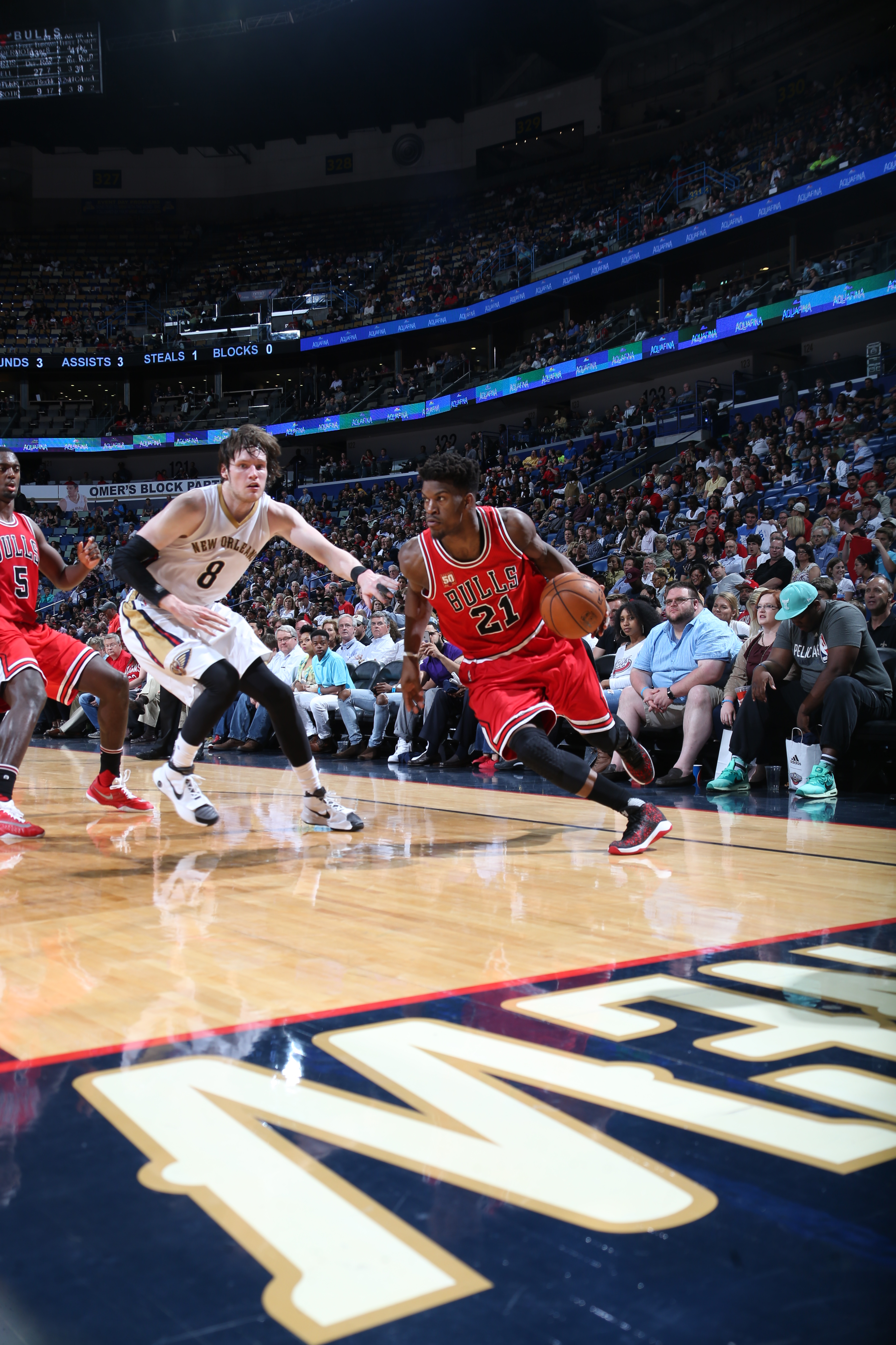 NEW ORLEANS, LA - APRIL 11:  Jimmy Butler #21 of the Chicago Bulls drives to the basket against the New Orleans Pelicans on April 11, 2016 at the Smoothie King Center in New Orleans, Louisiana. (Photo by Layne Murdoch Jr./NBAE via Getty Images)
