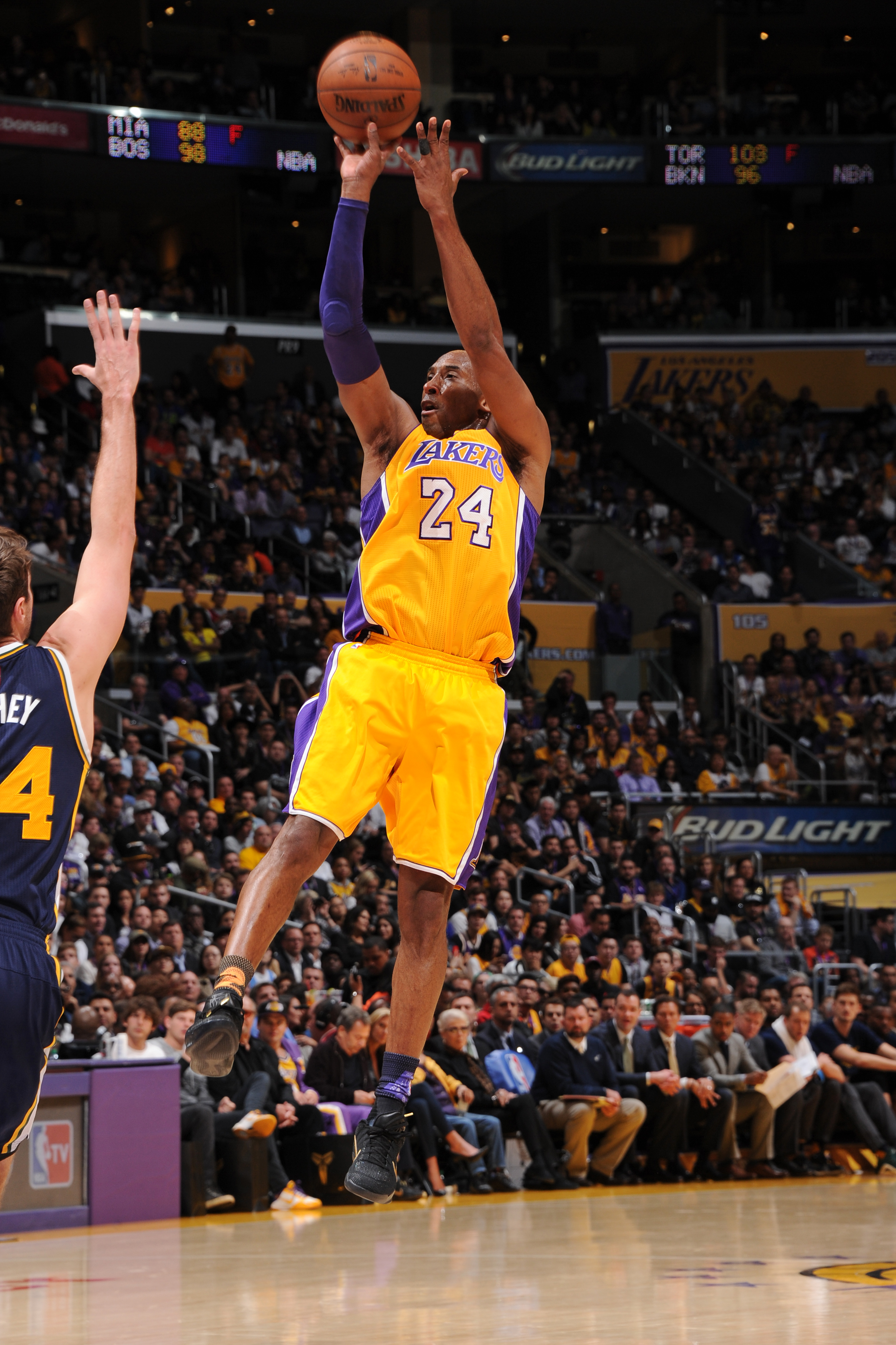 LOS ANGELES, CA - APRIL 13:  Kobe Bryant #24 of the Los Angeles Lakers shoots the ball against the Utah Jazz on April 13, 2016 at Staples Center in Los Angeles, California. (Photo by Andrew D. Bernstein/NBAE via Getty Images)