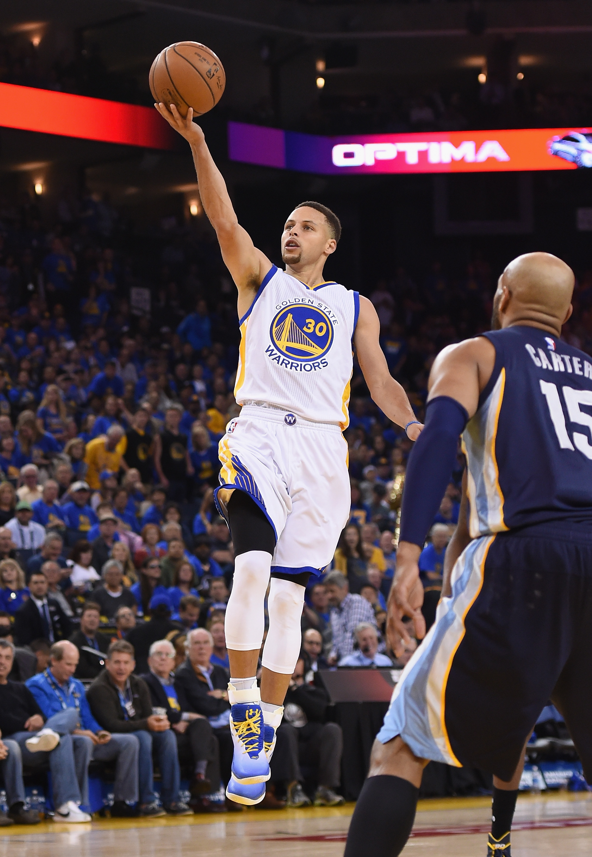 OAKLAND, CA - APRIL 13:  Stephen Curry #30 of the Golden State Warriors shoots the ball in the second half against the Memphis Grizzlies during the game at ORACLE Arena on April 13, 2016 in Oakland, California.  (Photo by Thearon W. Henderson/Getty Images